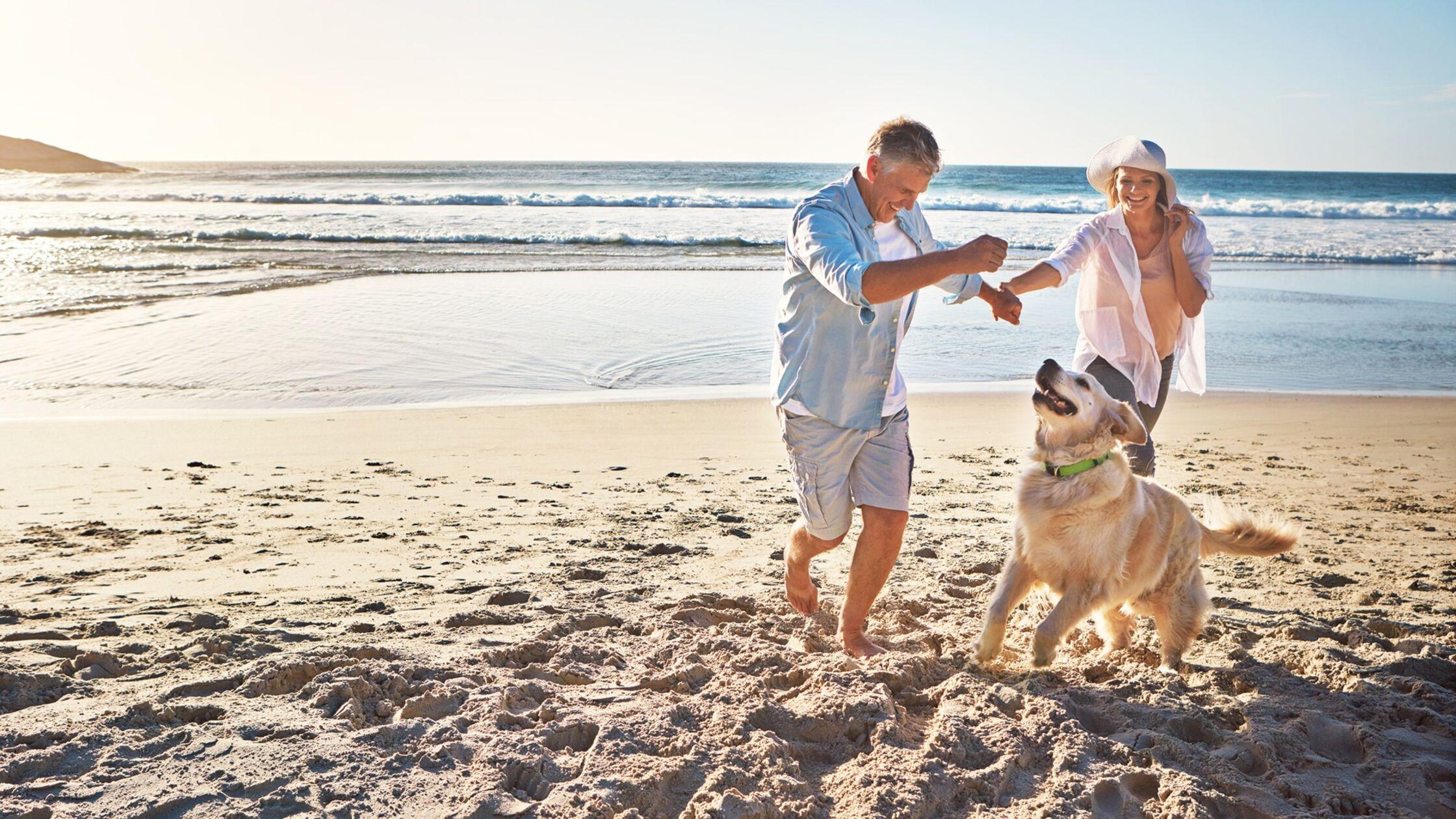 Rentner wandern aus und nehmen Hund mit
