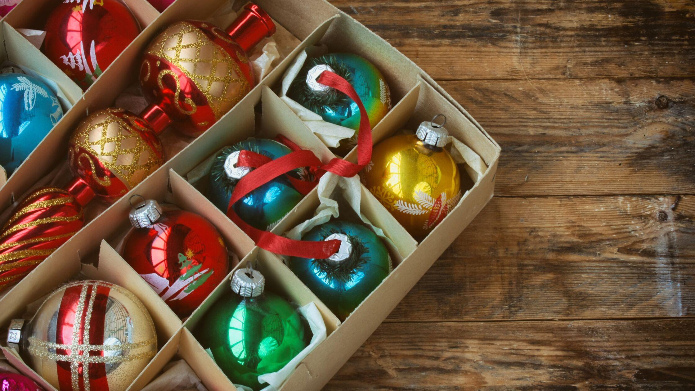 Karton mit Weihnachtskugeln
