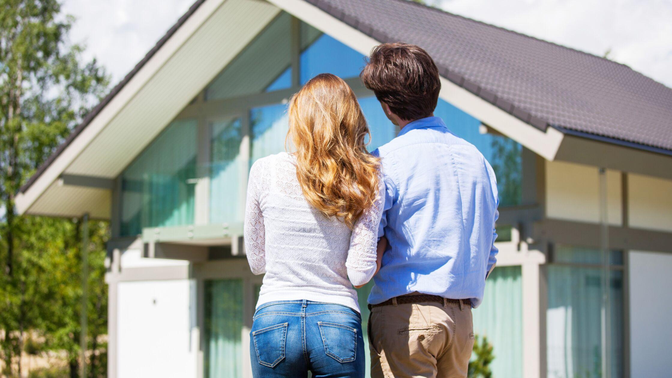 Paar vor einem Haus