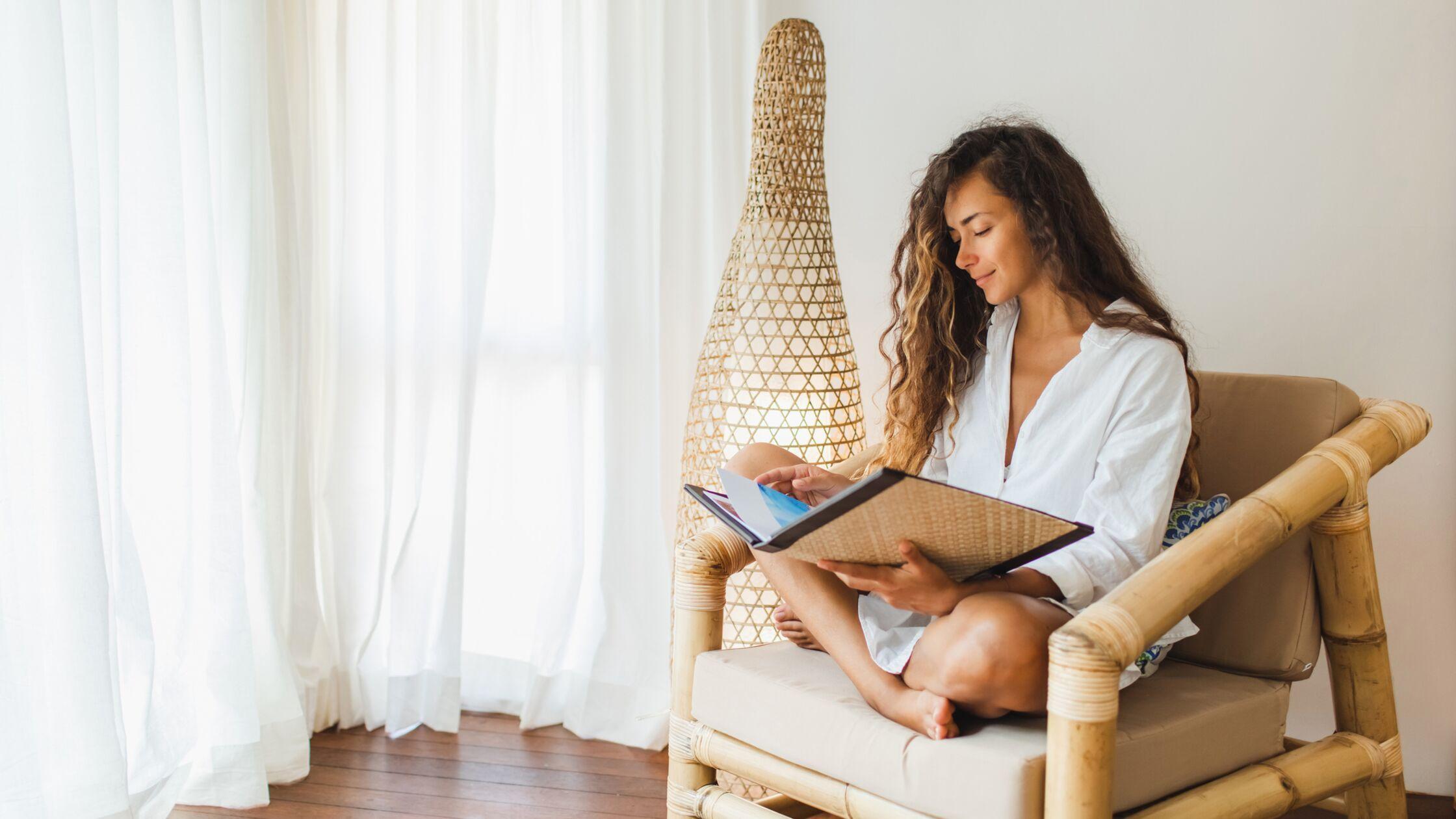 Frau sitzt auf Bambusstuhl