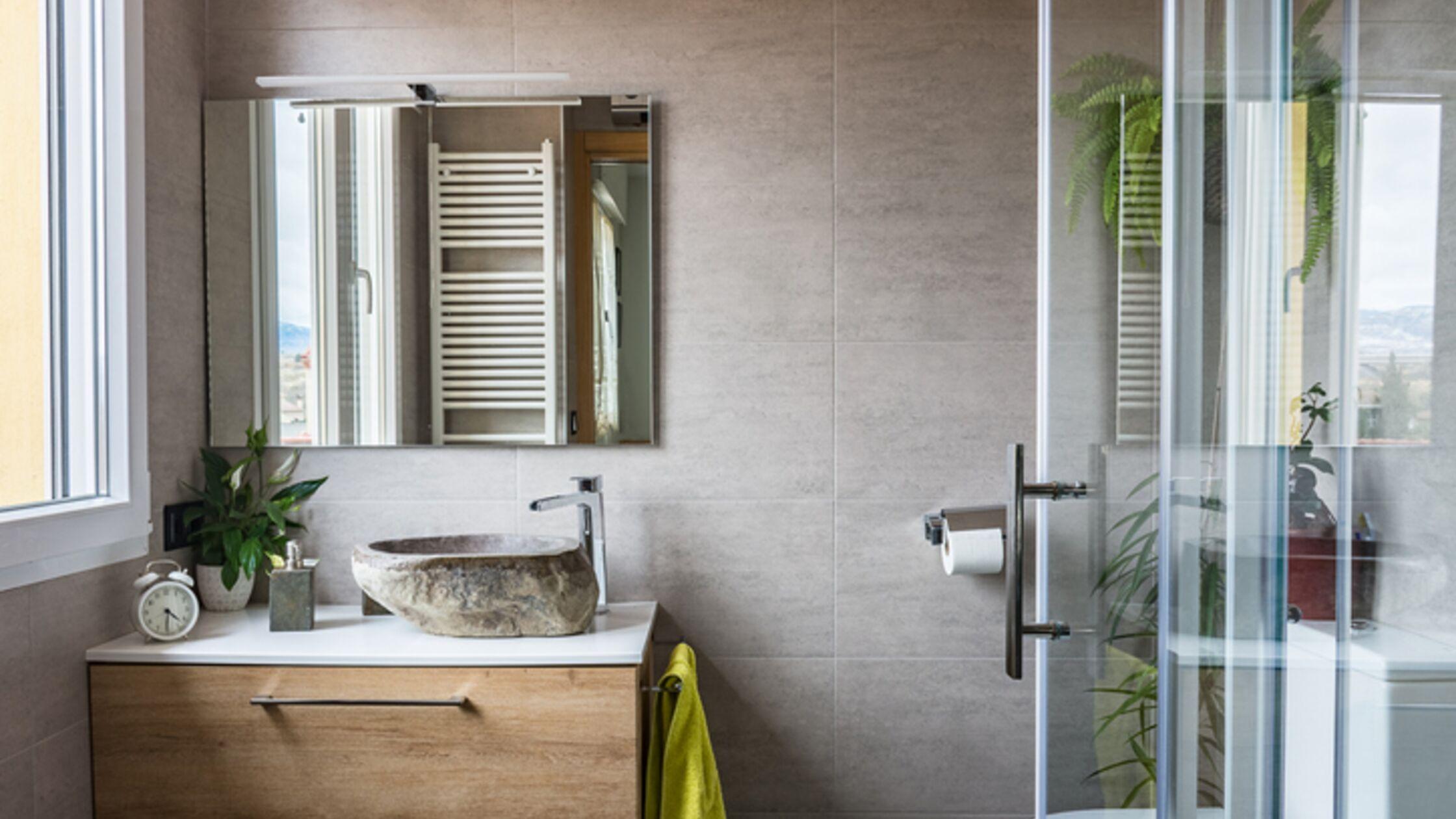 Für mehr Stauraum: Kleines Bad clever einrichten
