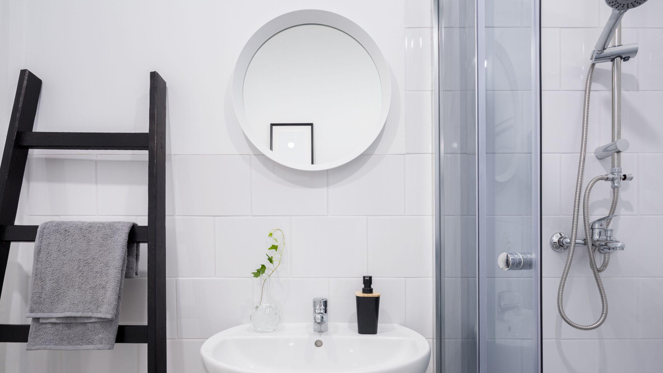 Kleines Badezimmer mit Handtuchleiter