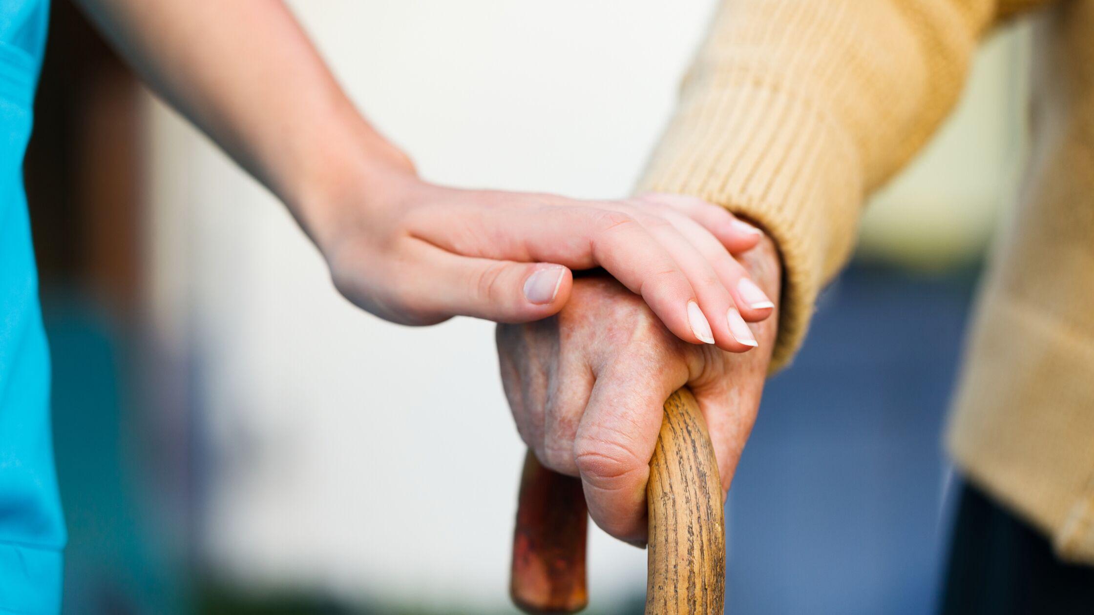 älterer Mann im Pflegeheim