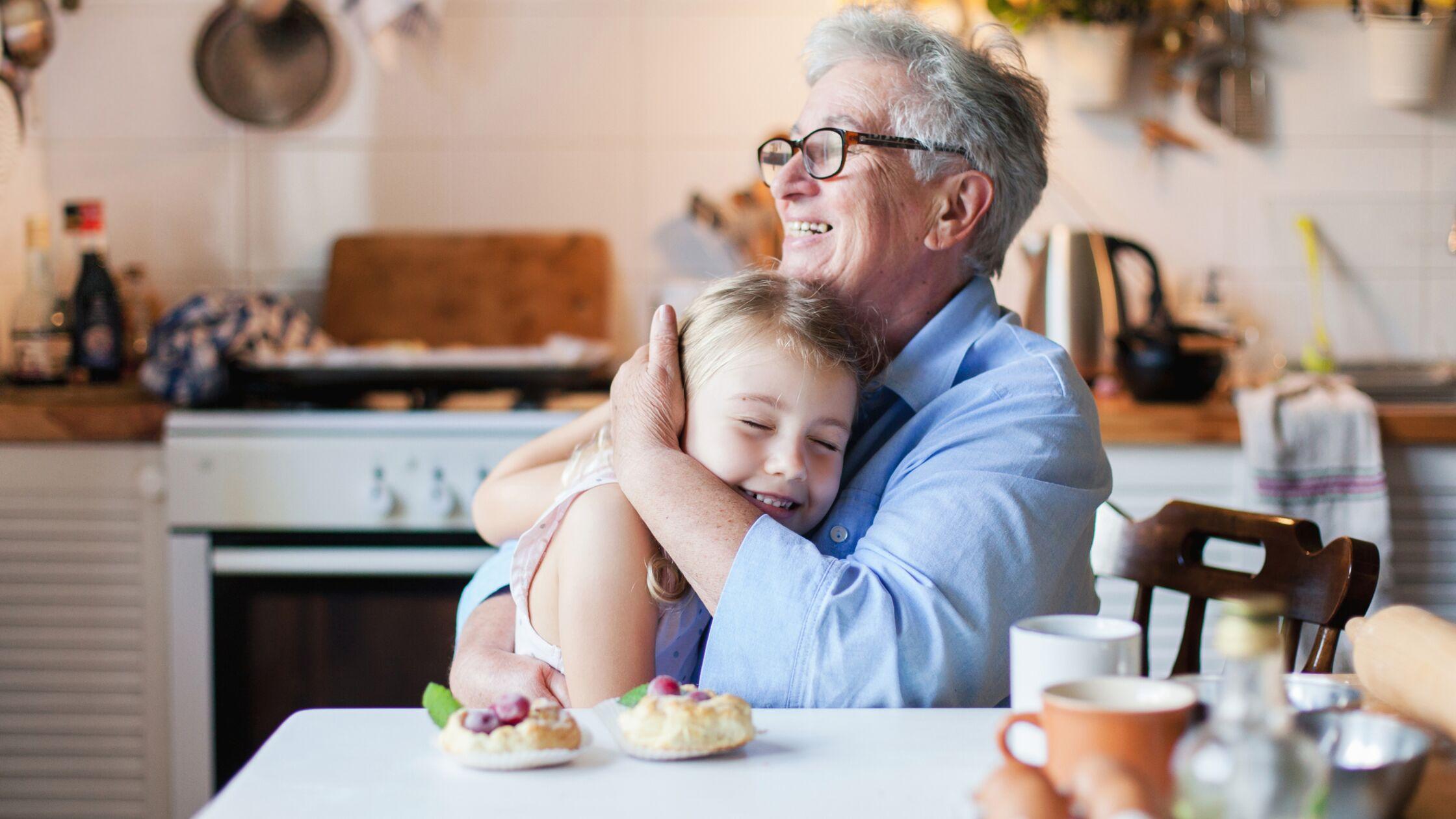 Ältere Frau und Kind in Mehrgenerationenhaus