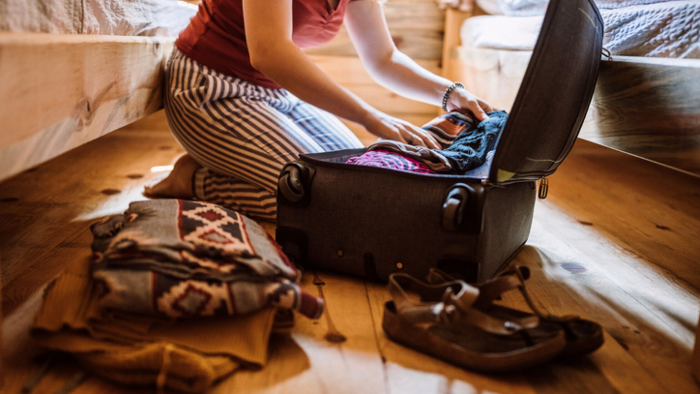 Frau packt Koffer