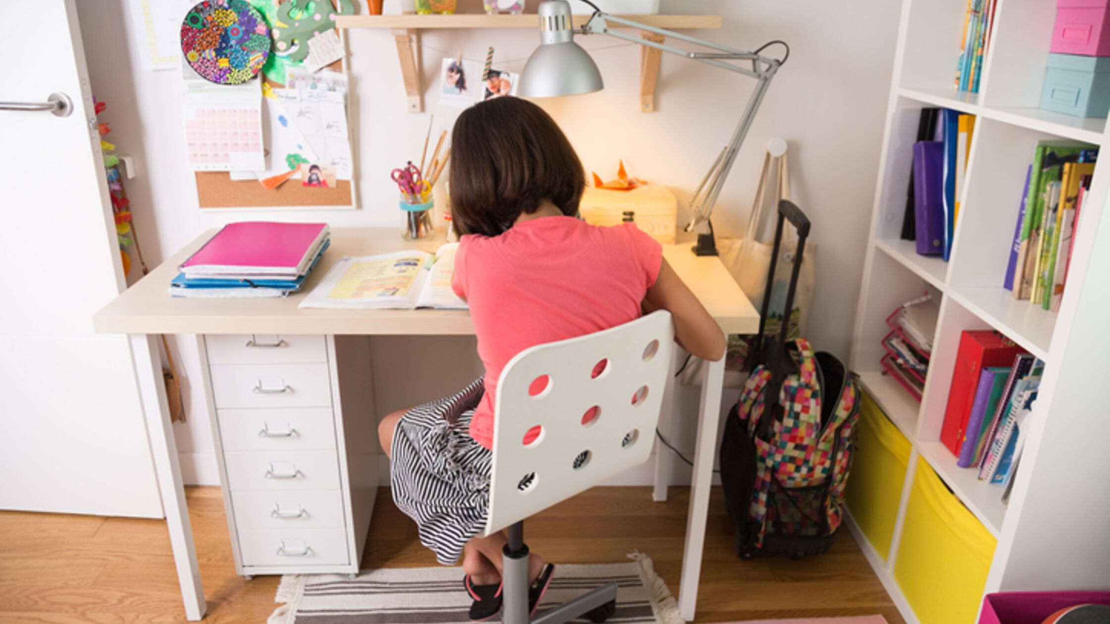 Mädchen sitzt am Schreibtisch