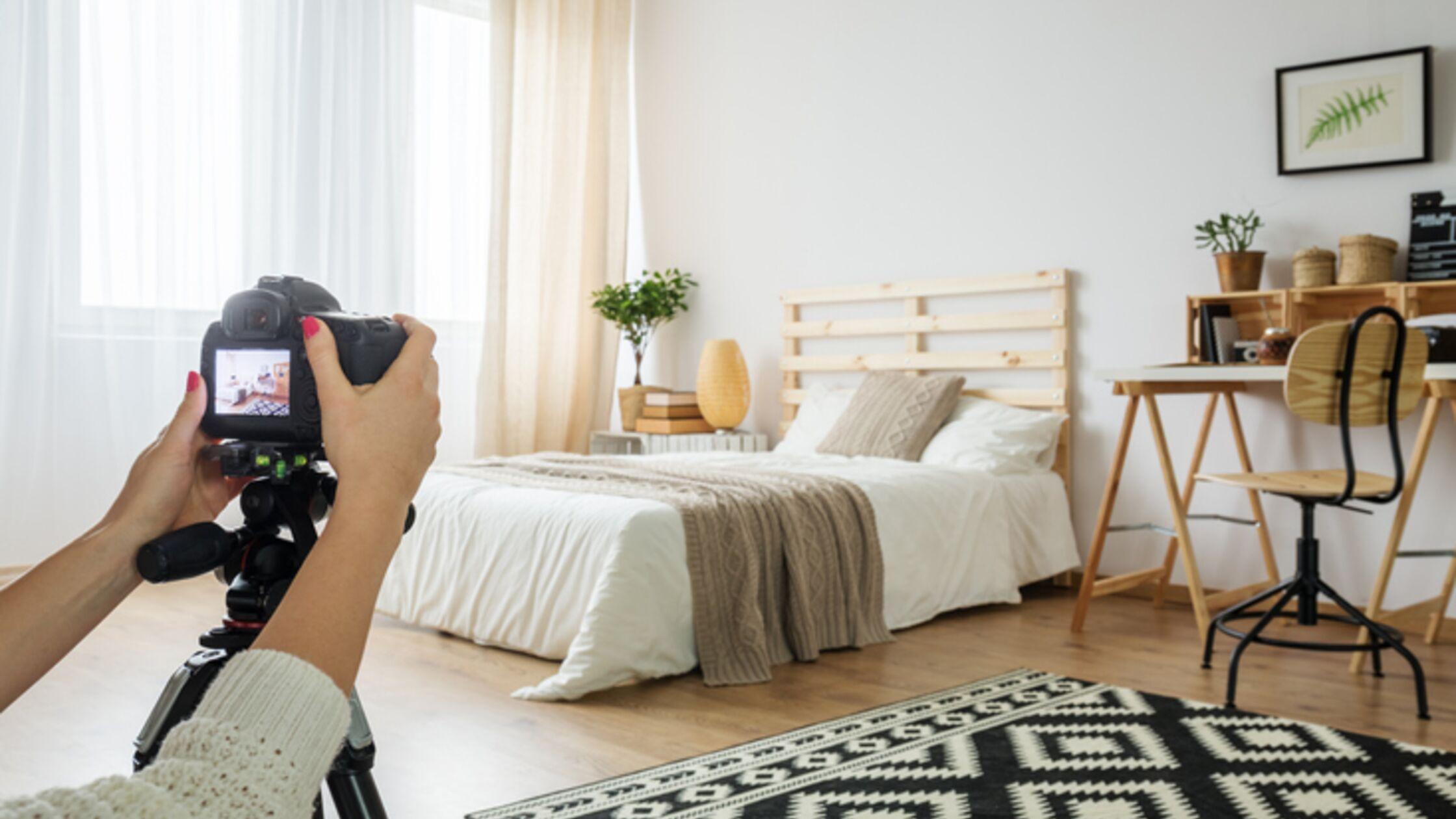 Weibliche Hände fotografieren Schlafzimmer