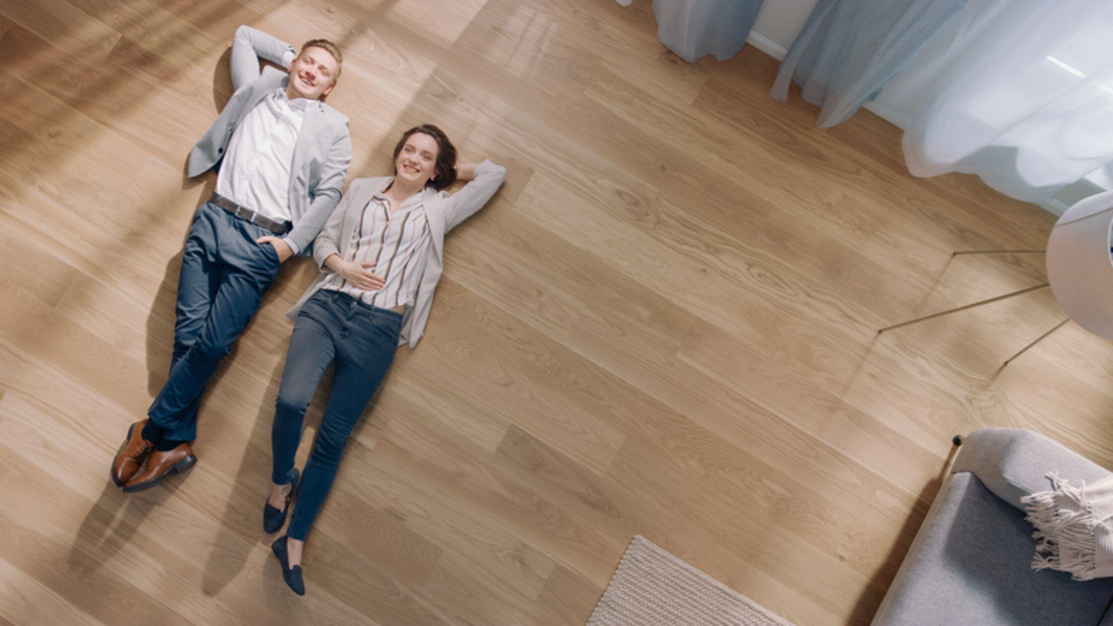 Paar auf Parkettboden