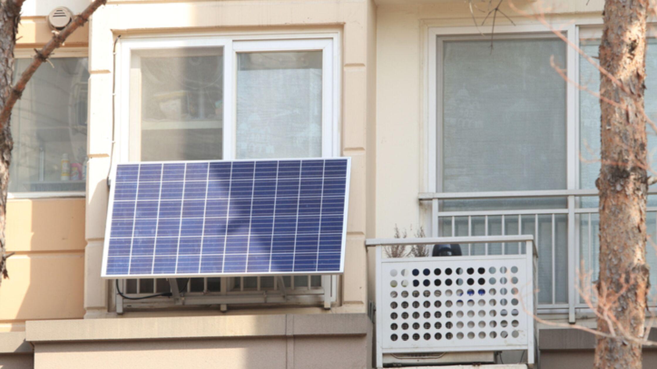 Stecker-Solargerät an Balkon
