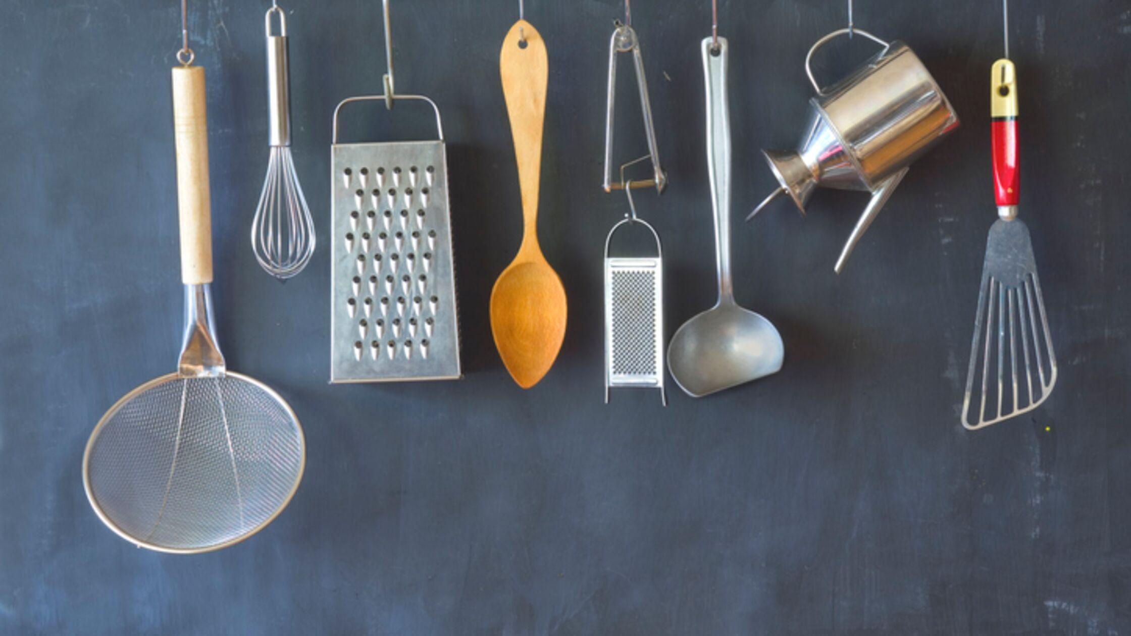 Küchengeräte an Aufhängevorrichtung