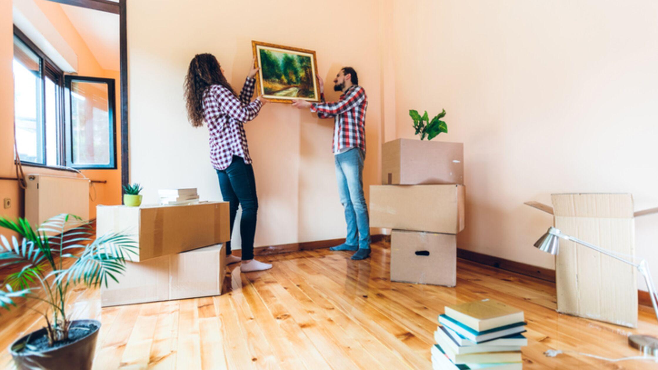 Wandgestaltung nach dem Umzug: Bild aufhängen mit und ohne Bohren