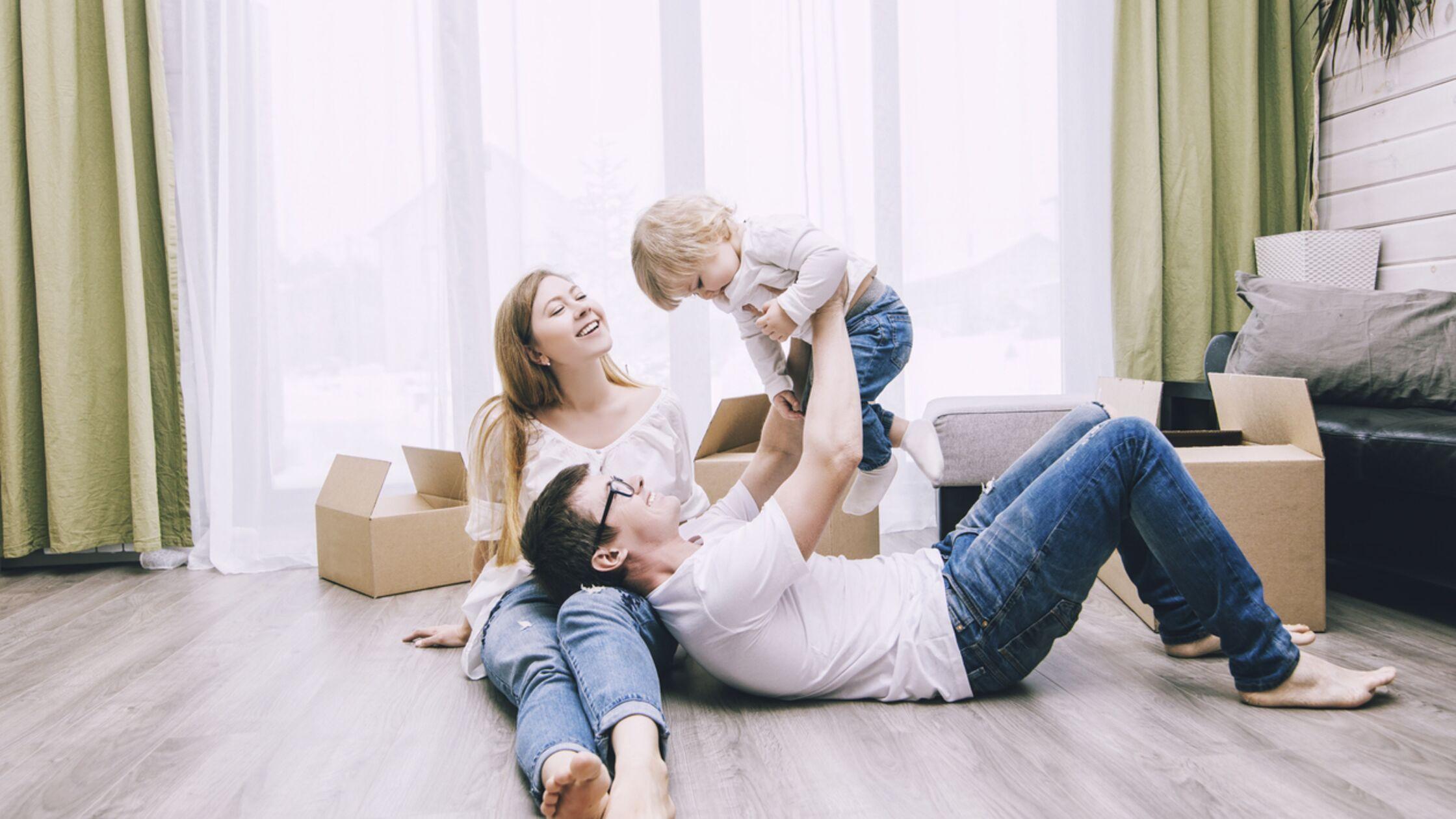 Wohnung kindersicher machen: Tipps und Tricks für Schränke, Steckdosen und Co.