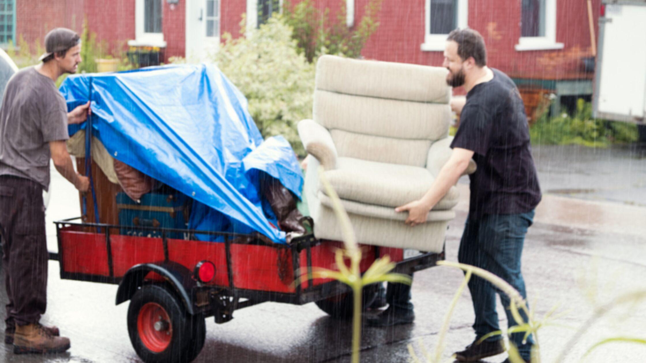 Umziehen bei Regen: 9 Tipps, um Habseligkeiten und Helfer zu schützen