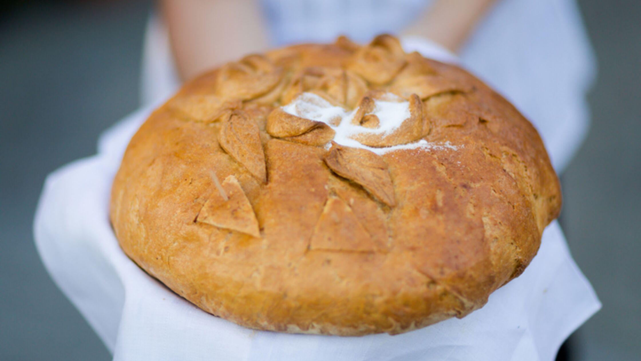Brot und Salz als Geschenk überreicht