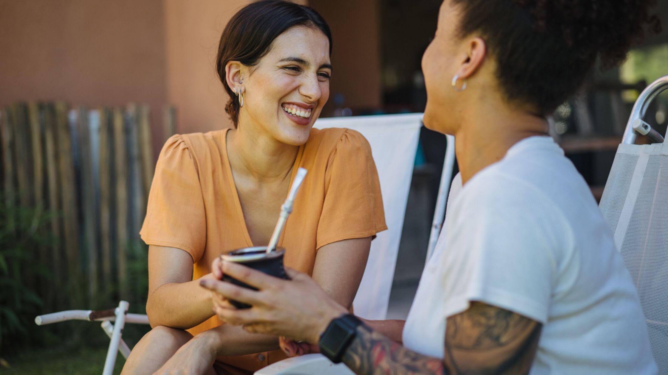 Frauen teilen sich Mate