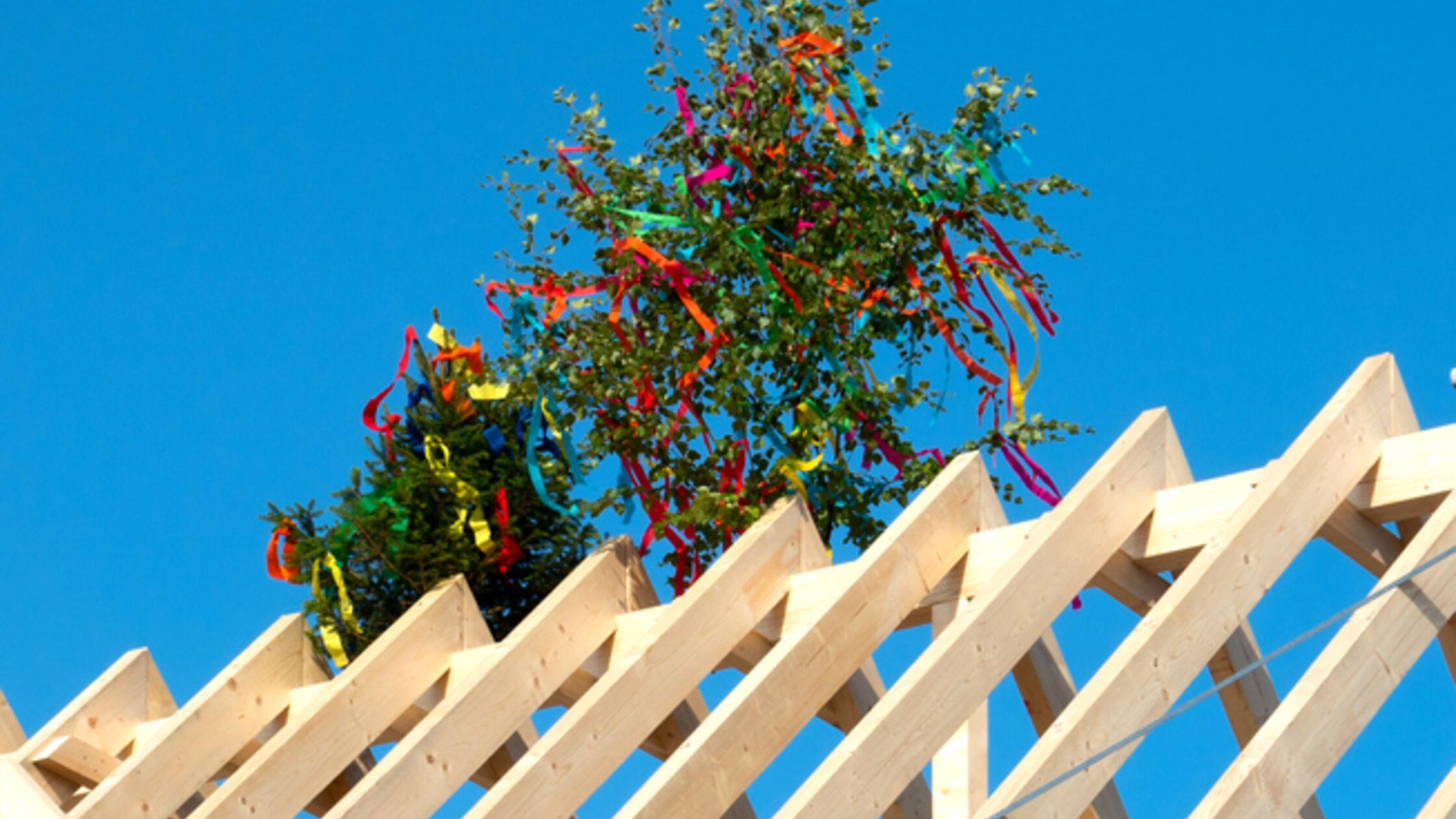 Richtbaum auf einem Dachstuhl