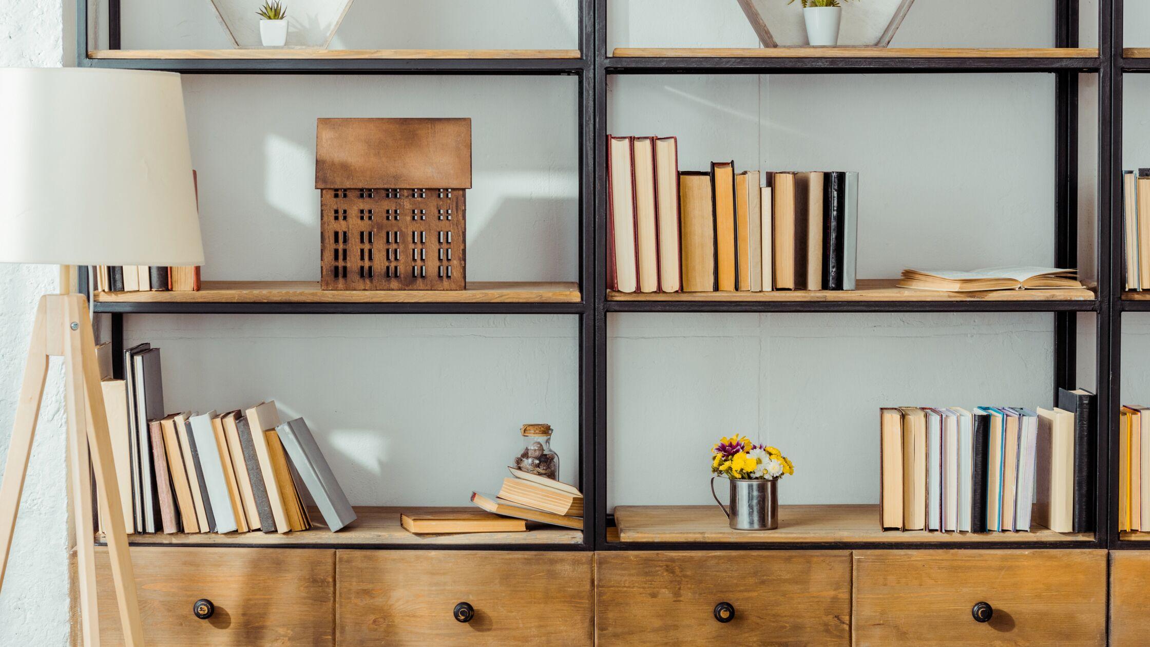 Regal-Ensemble mit backwards Books, den Buchrücken nach vorne einsortiert