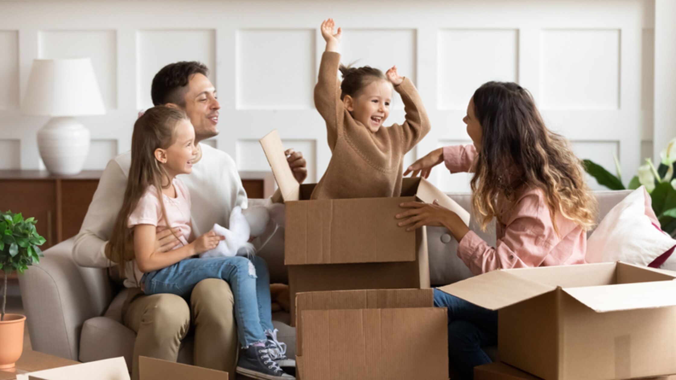 Familie freut sich über neues Heim.