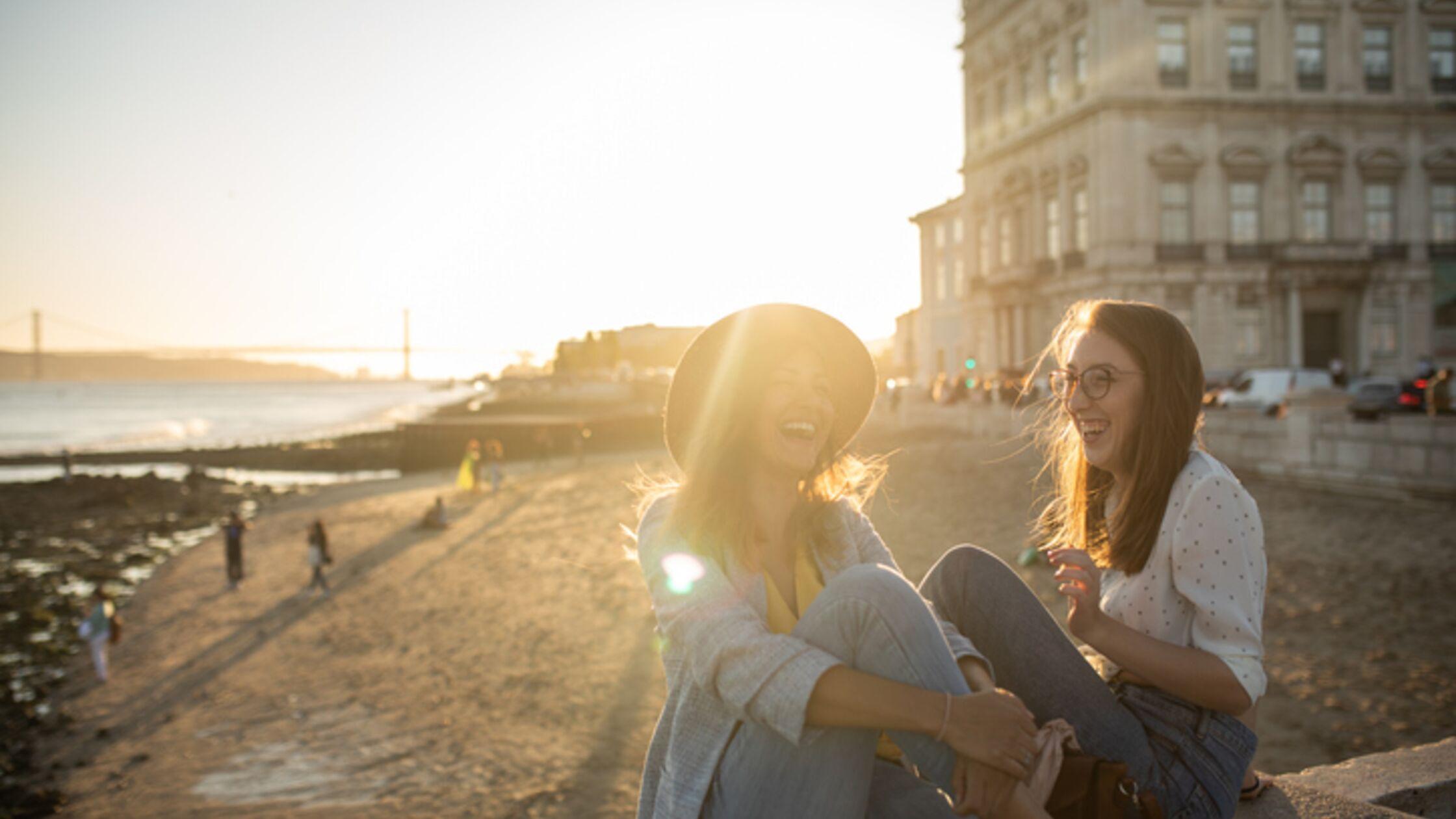 Lachende Frauen am Strand