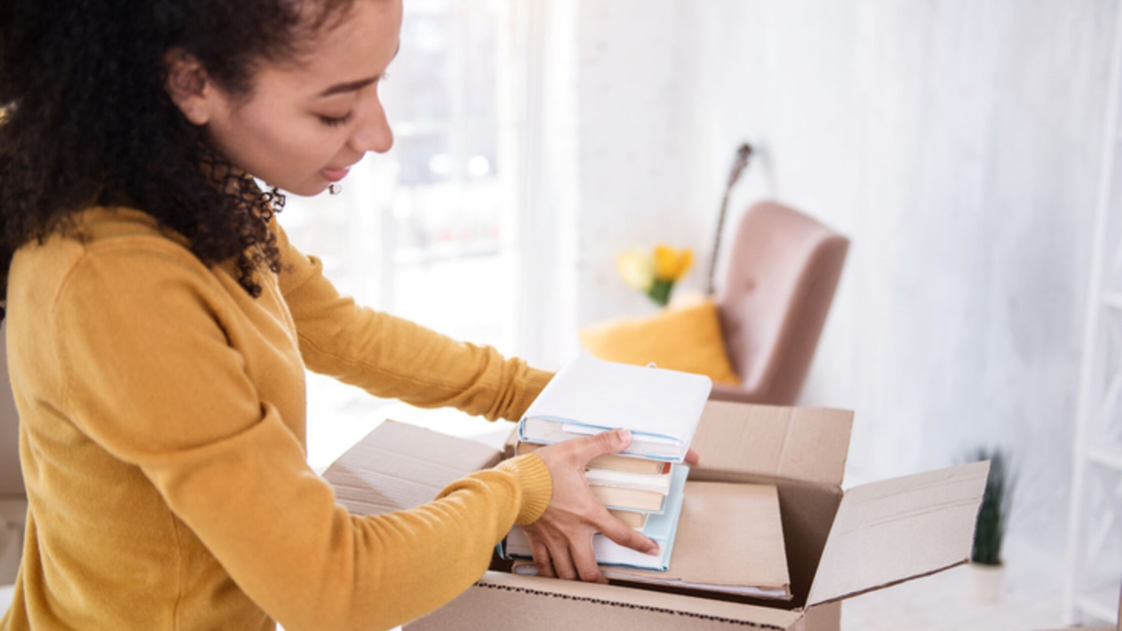 Frau packt Bücher ein