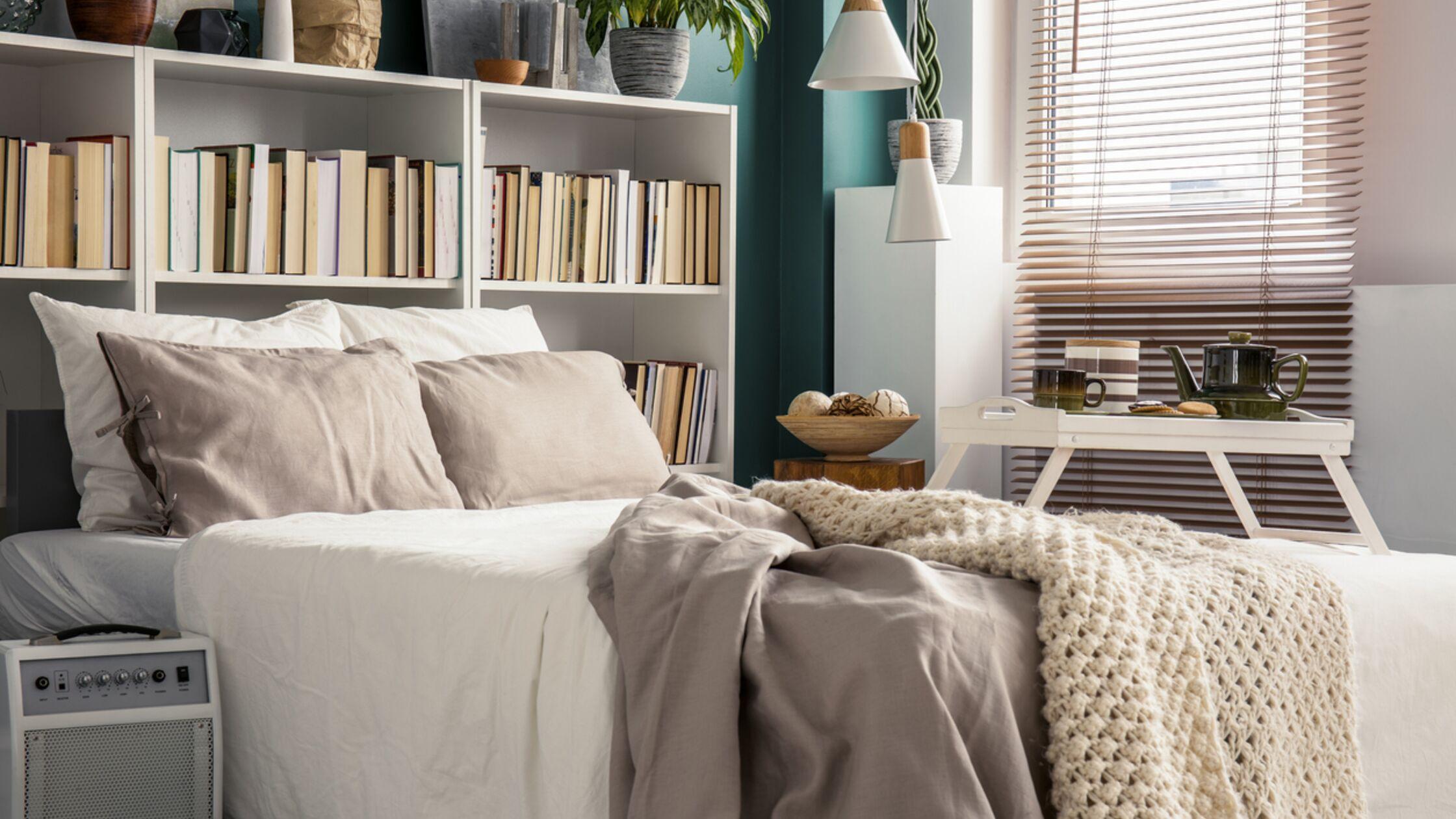 Kleines Schlafzimmer mit Bücherregal