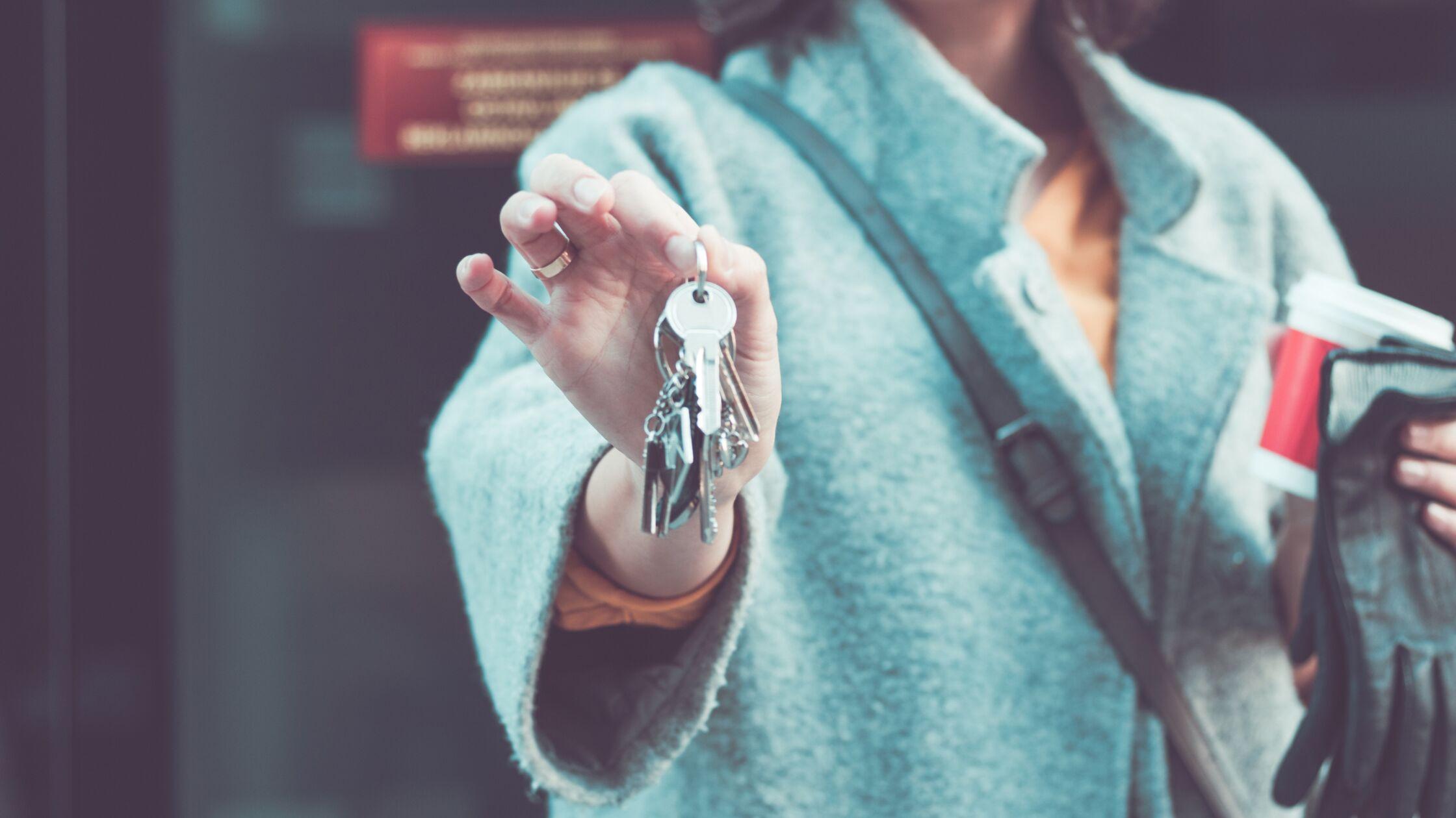 Frau hält Schlüsselbund in der Hand