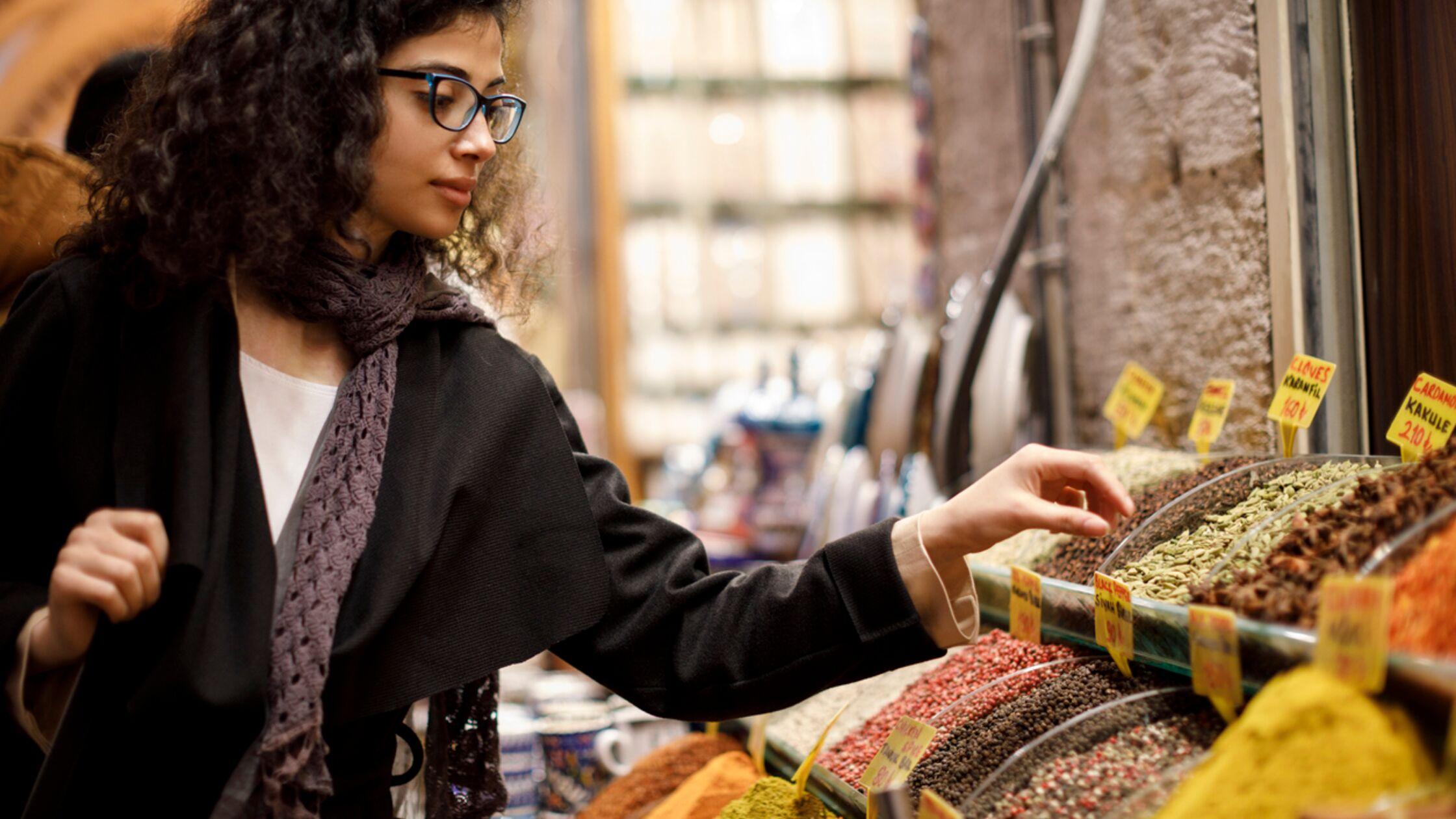 Frau auf Markt in der Türkei