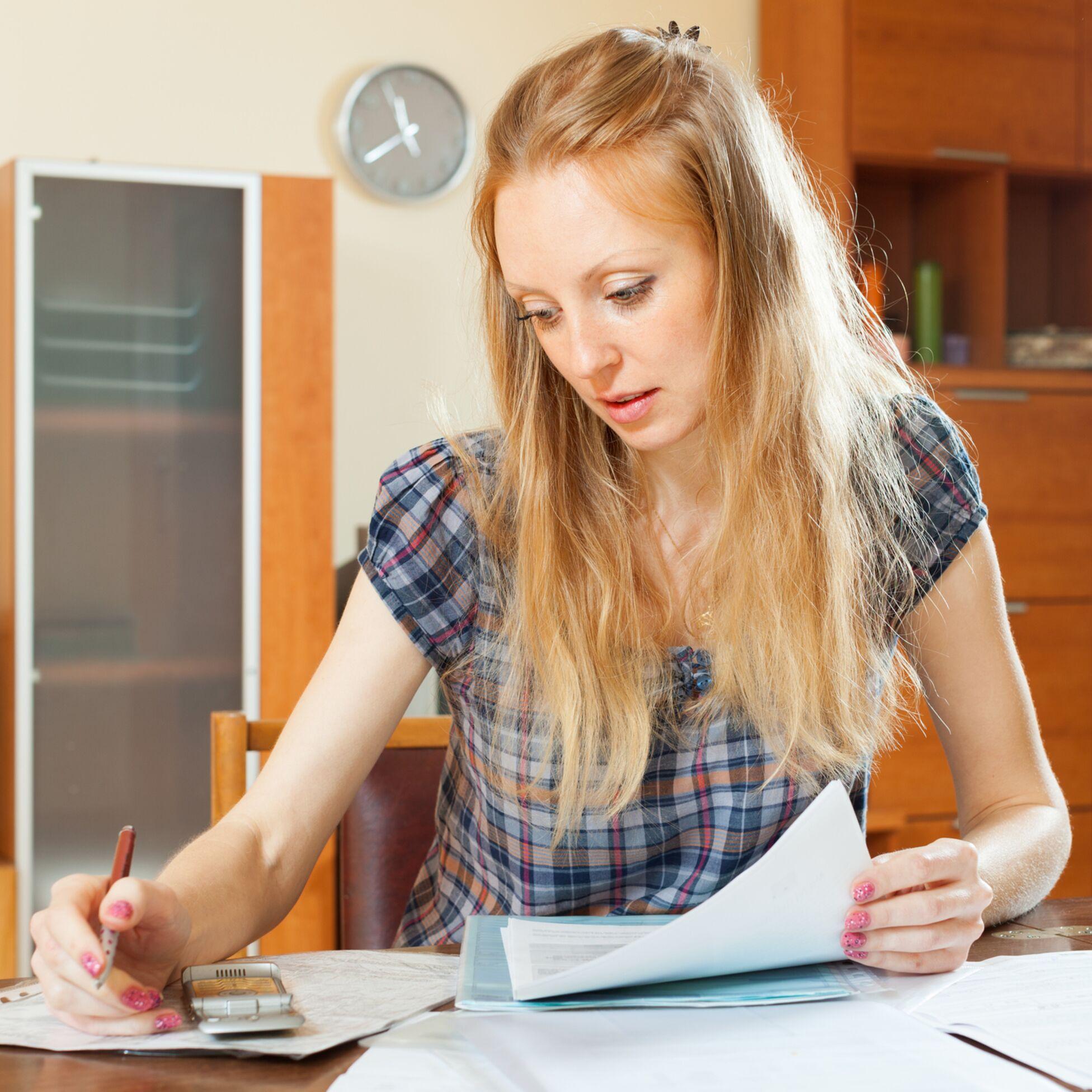 Frau füllt Formular zum Umzug aus