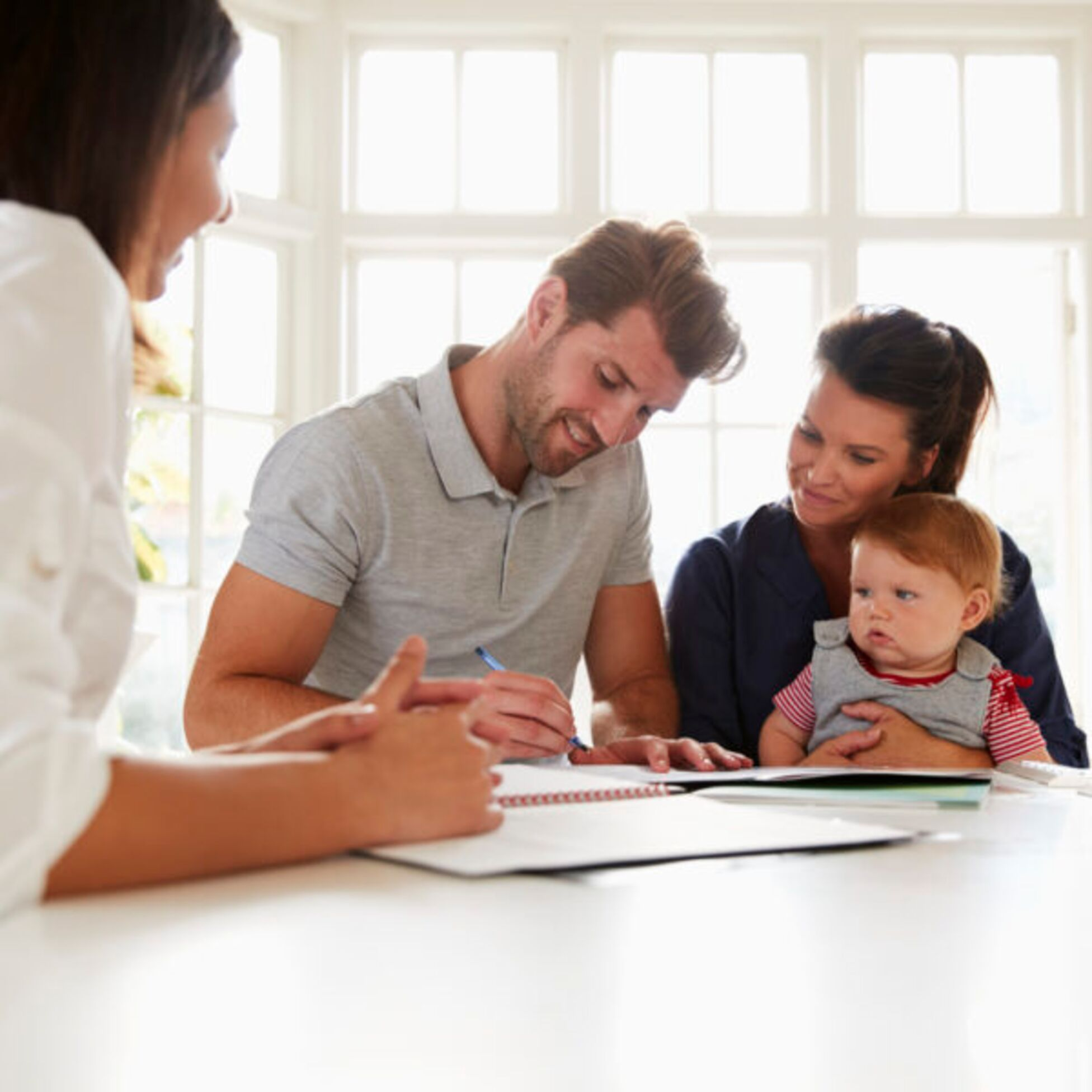 Familie unterschreibt Kreditvertrag mit Finanzberater