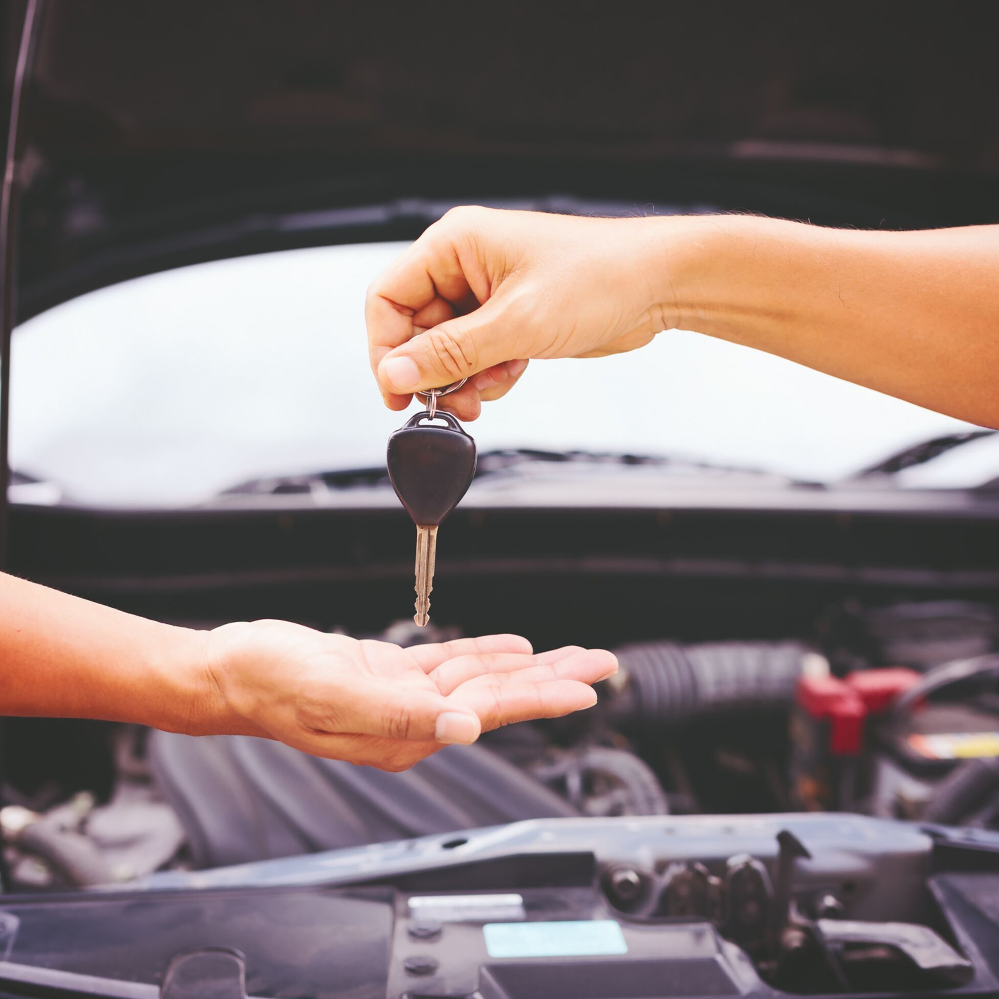 Schlüsselübergabe beim Gebrauchtwagenkauf