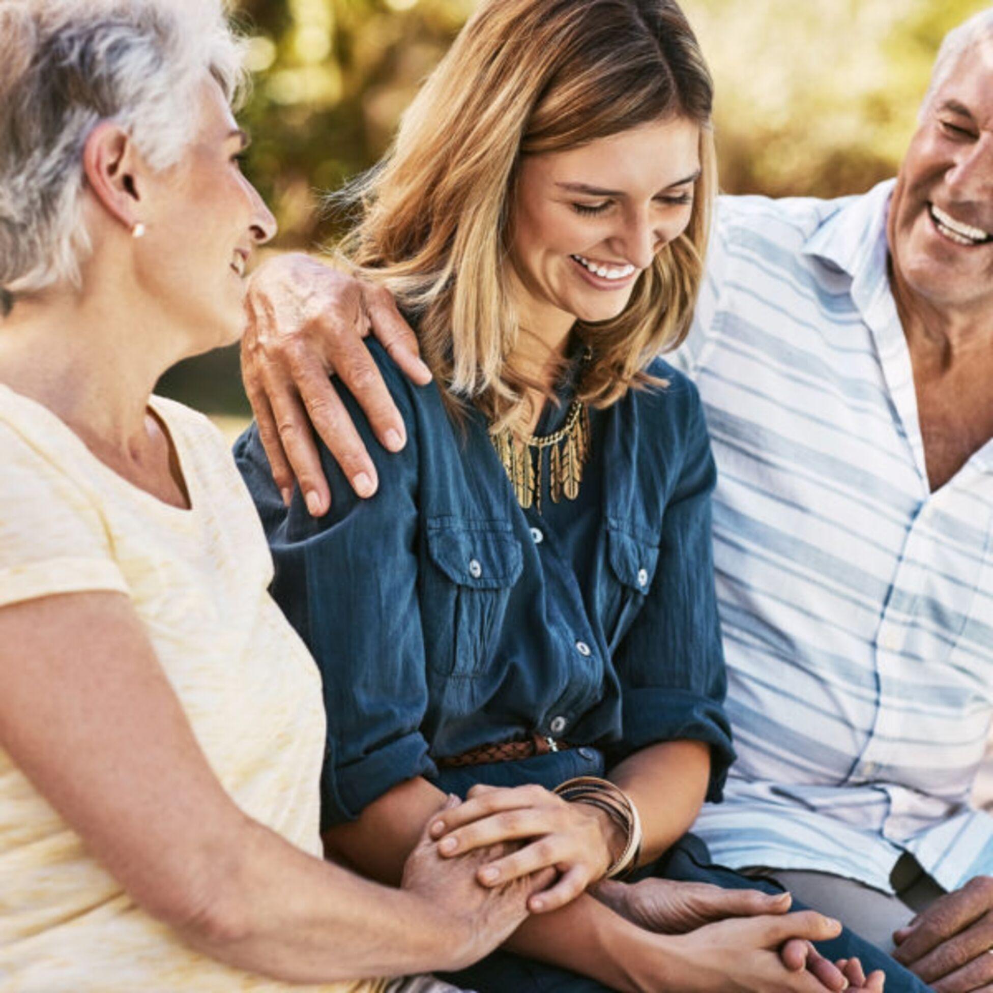 Frau mit ihren Eltern
