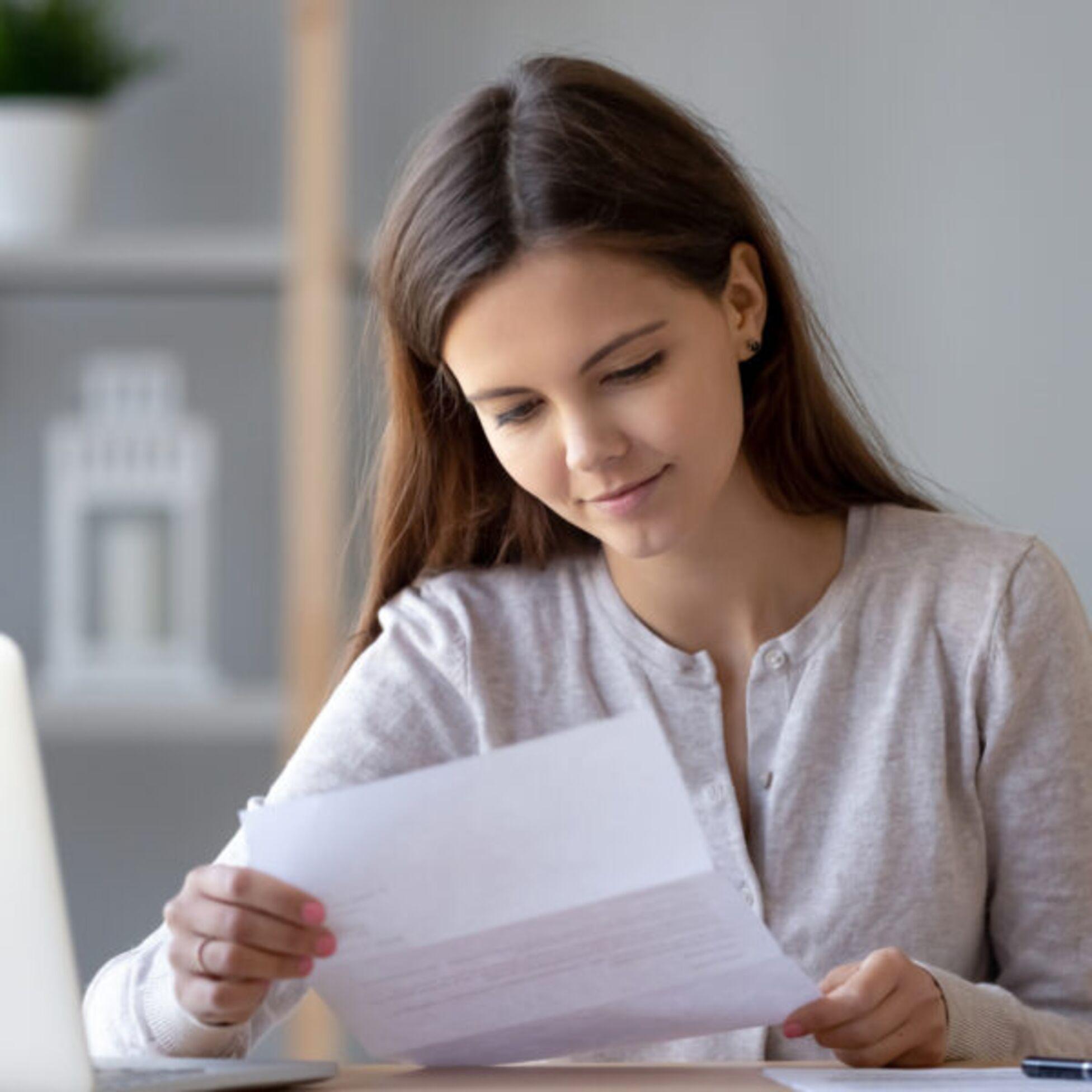 Frau hält Kündigung des Mietvertrages in der Hand