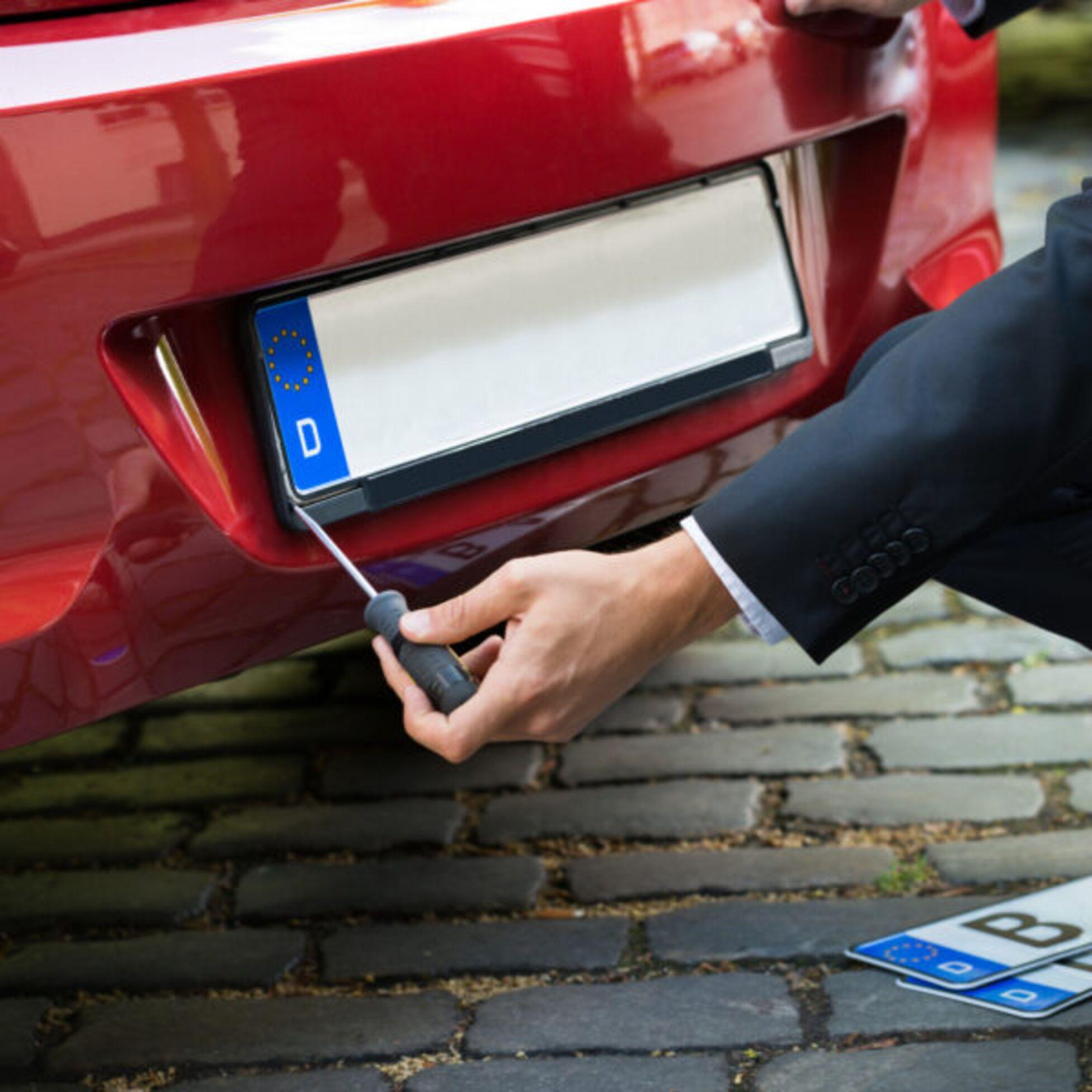 Mann nimmt altes Kennzeichen für neues Auto mit