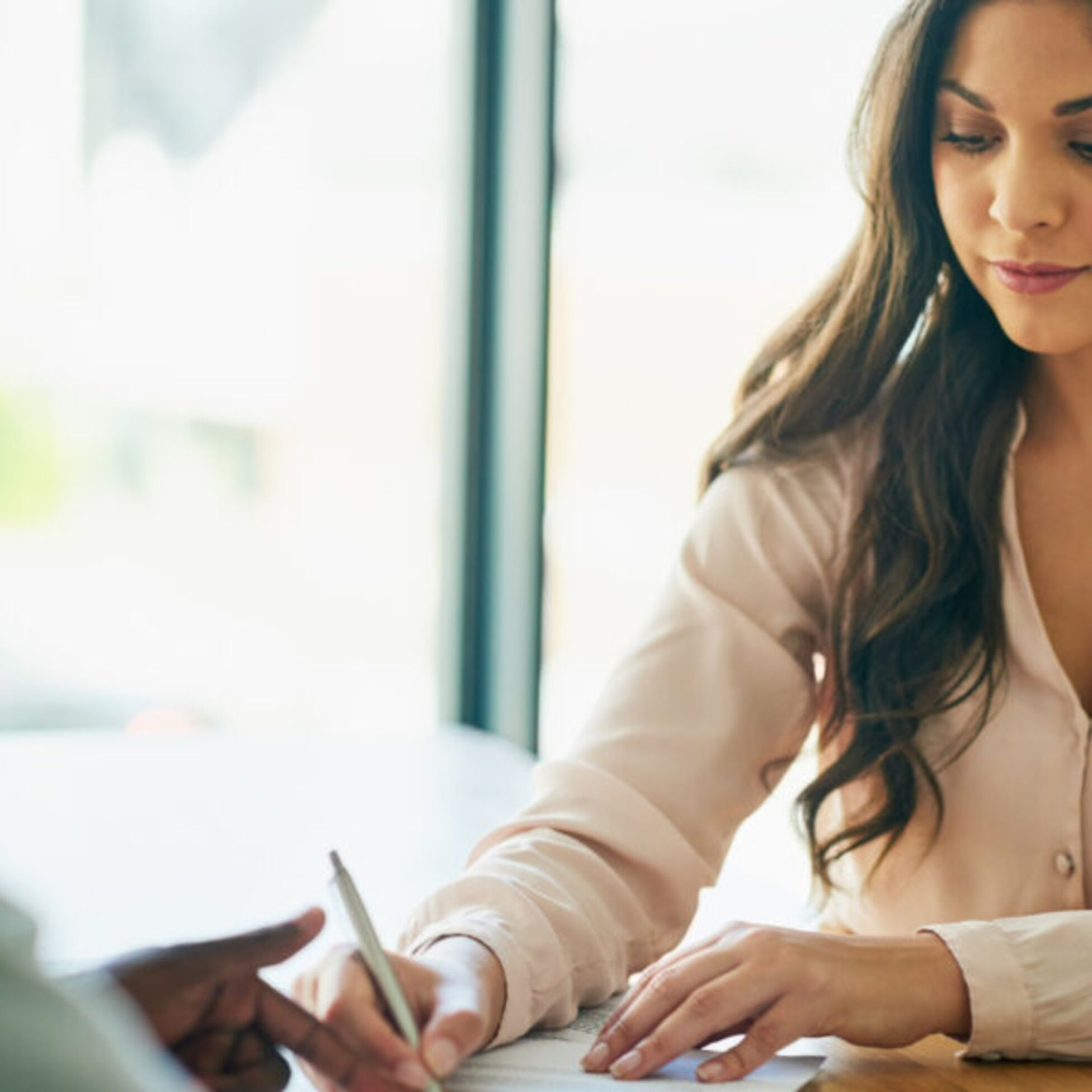Frau unterschreibt befristeten Mietvertrag