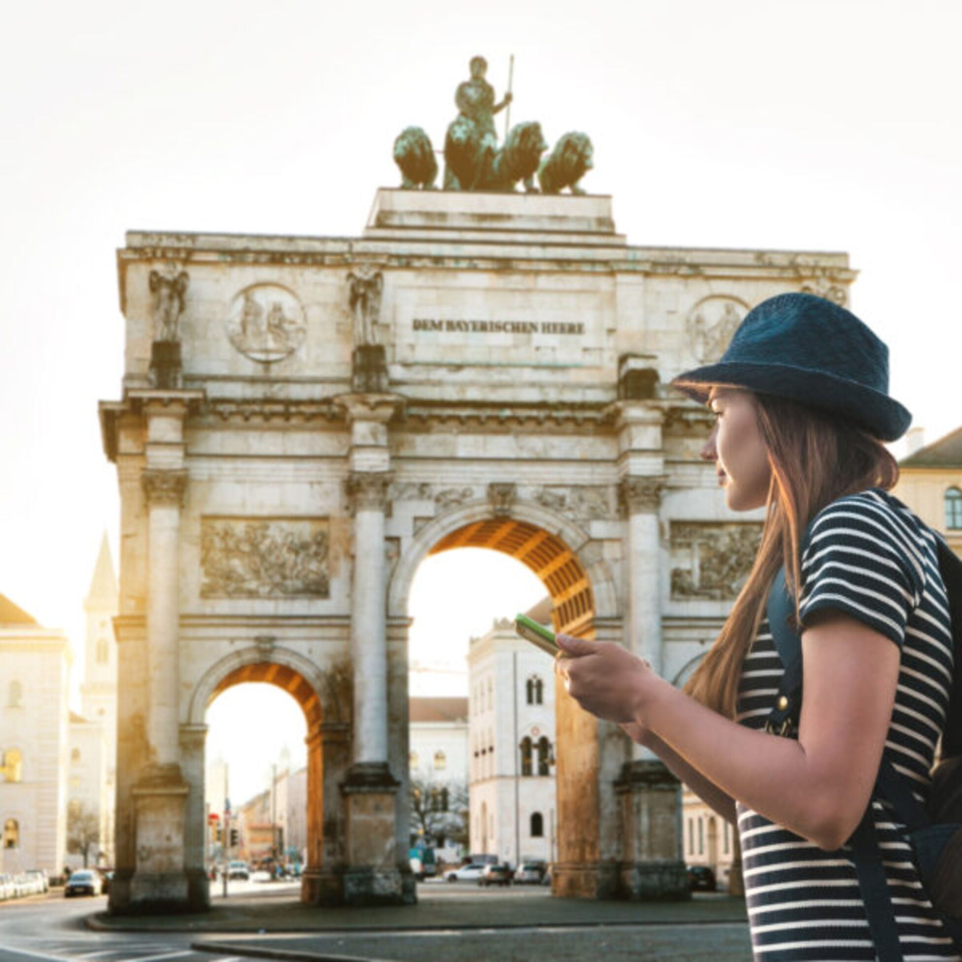 Frau mit Handy läuft durch die Stadt