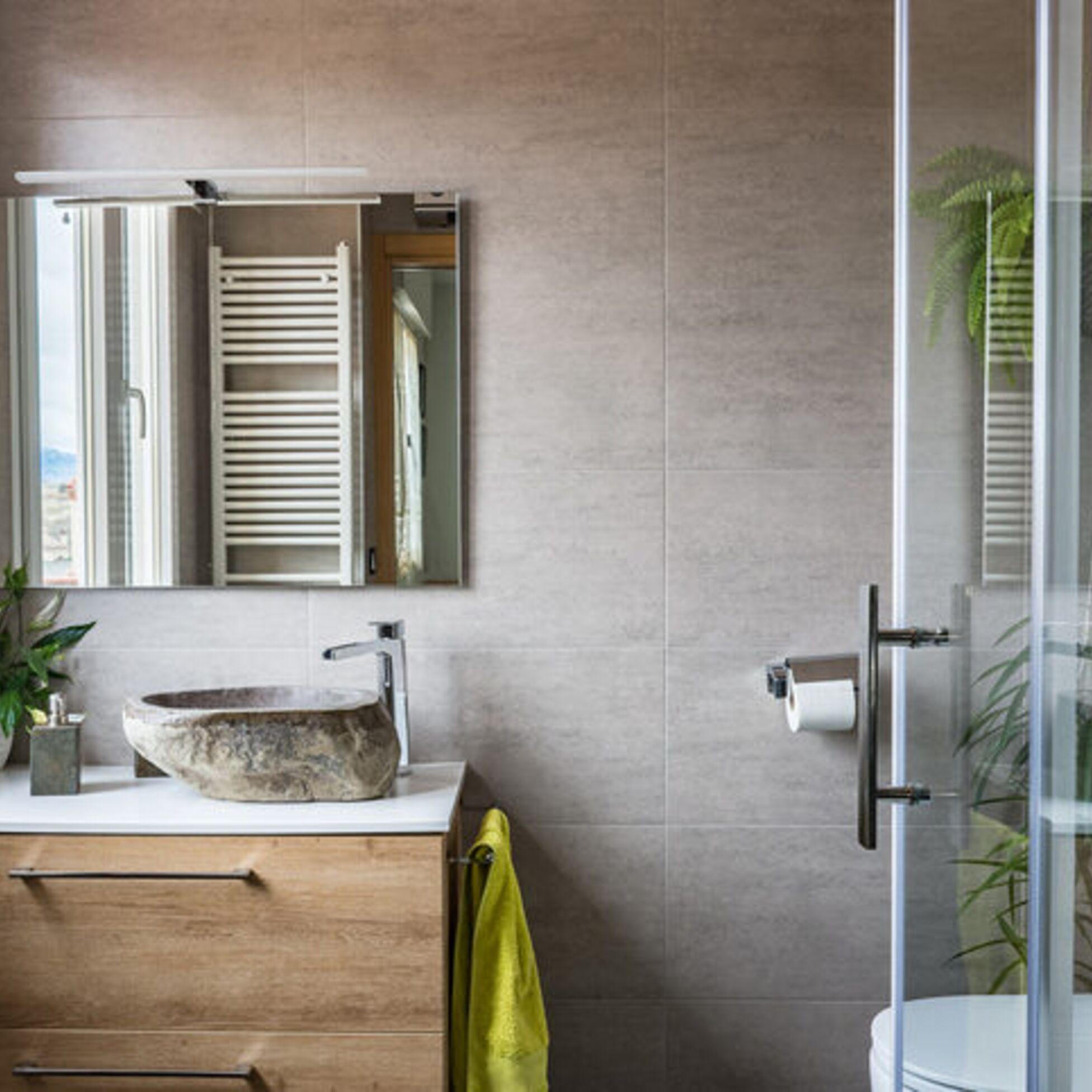 Kleines Badezimmer mit Waschbecken, Dusche, WC