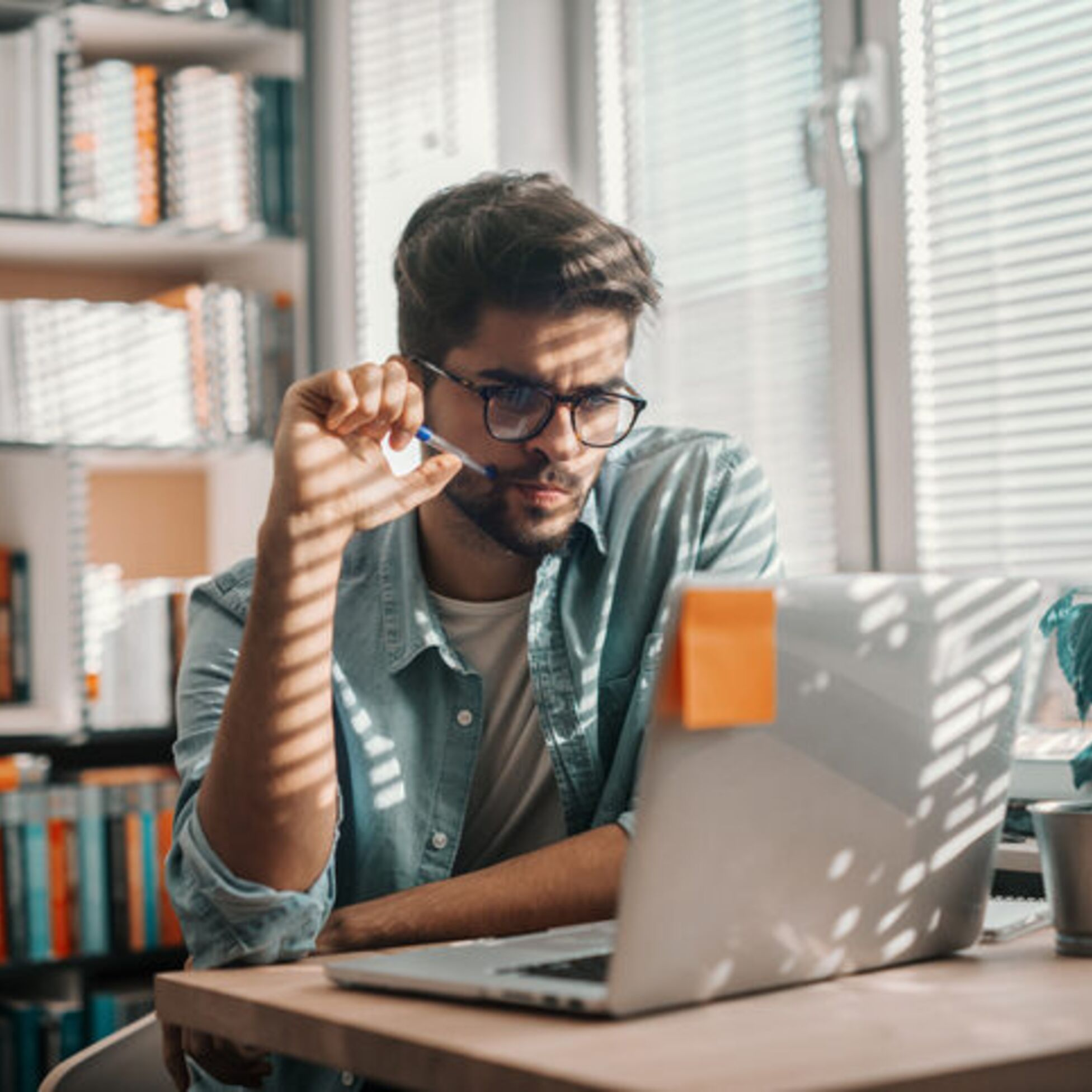 Mann checkt Wohnungsanzeige im Netz