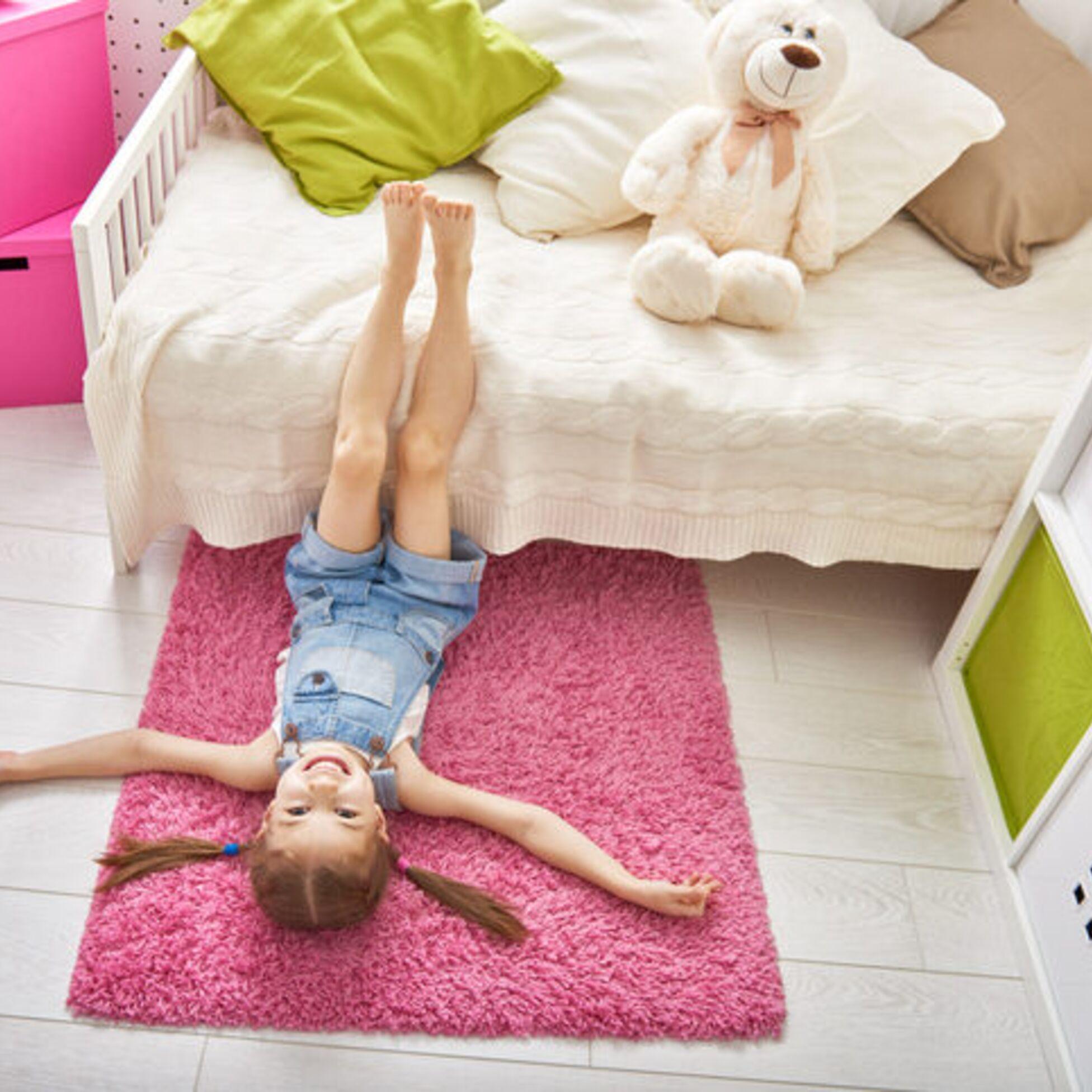 Mädchen liegt in seinem Kinderzimmer