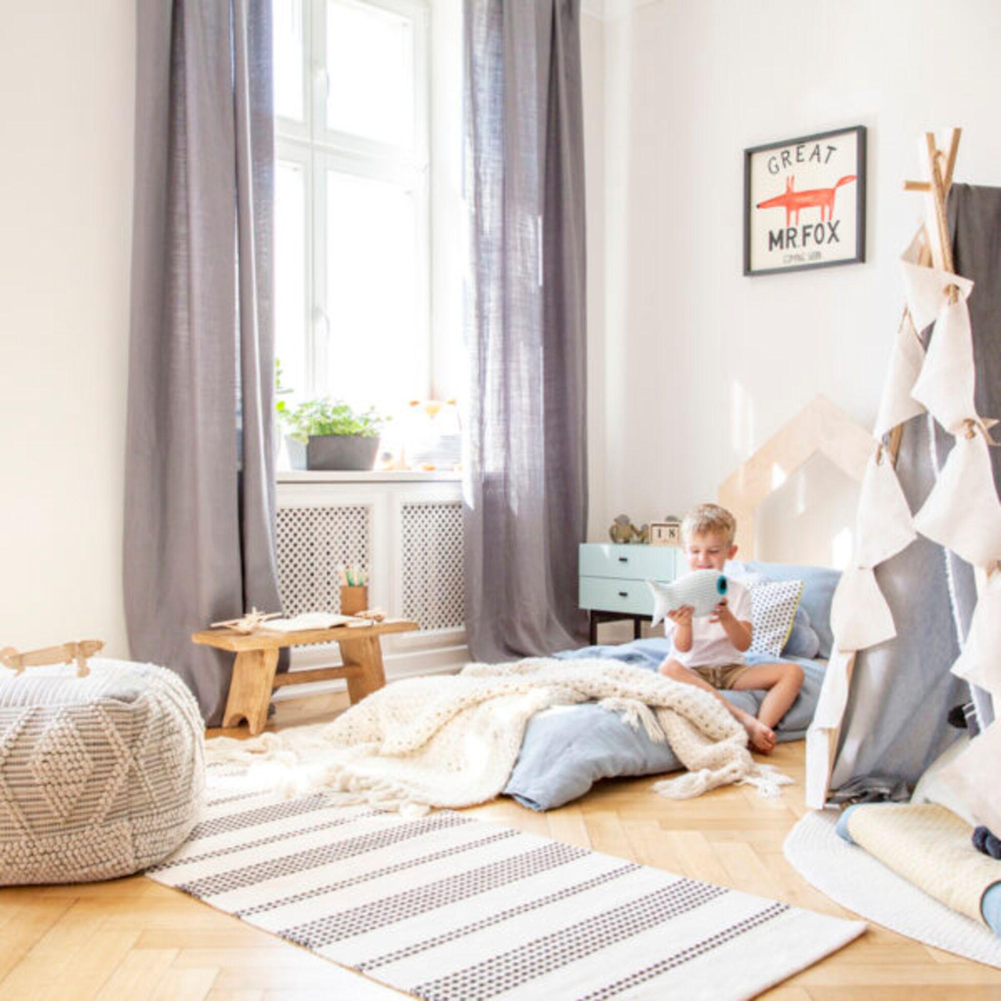 Kinder in nachhaltigem Kinderzimmer