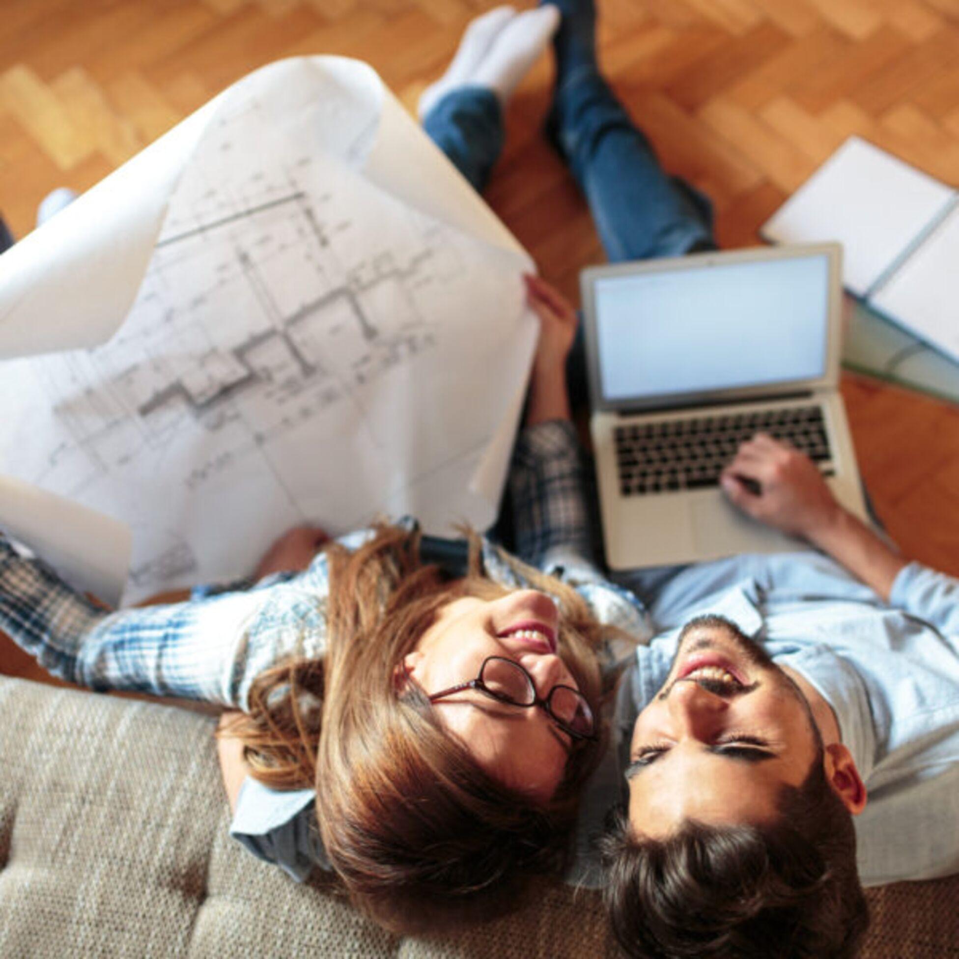 Paar erstellt Anzeige für Hausverkauf