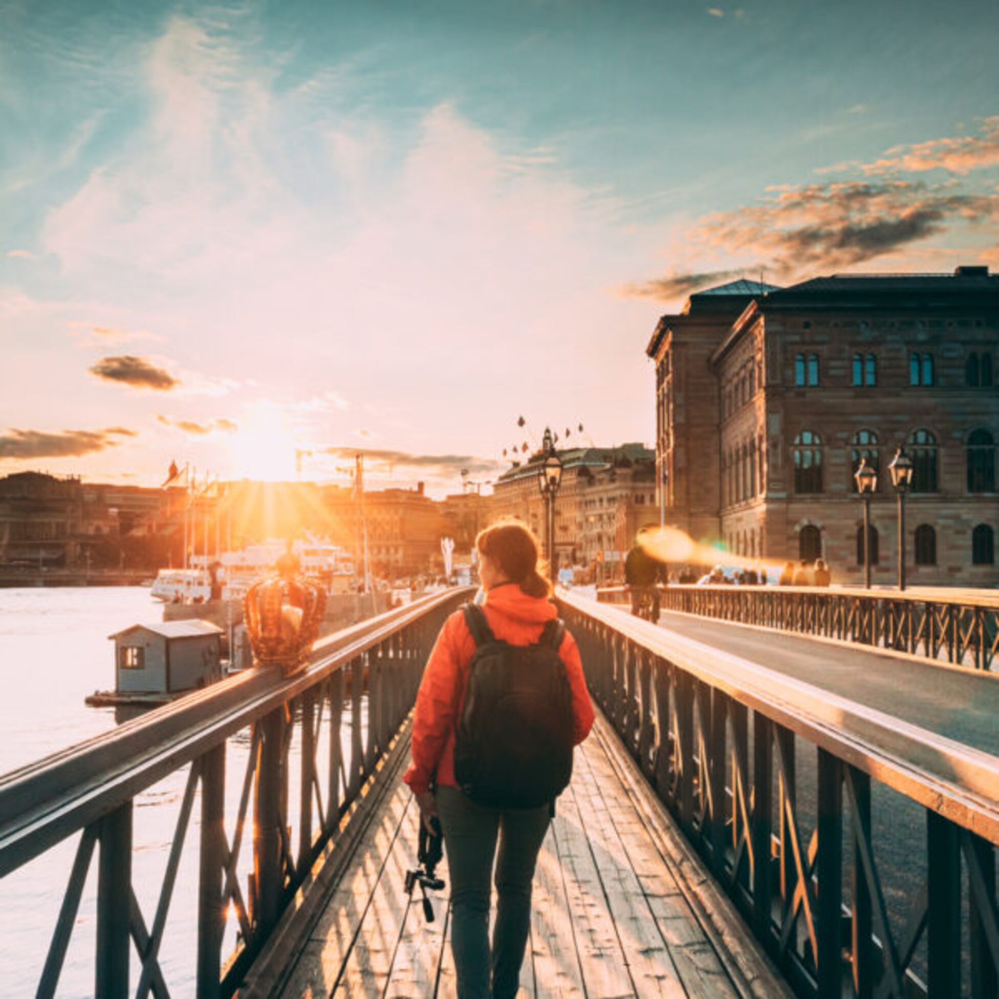 Frau auf Brücke in Stockholm