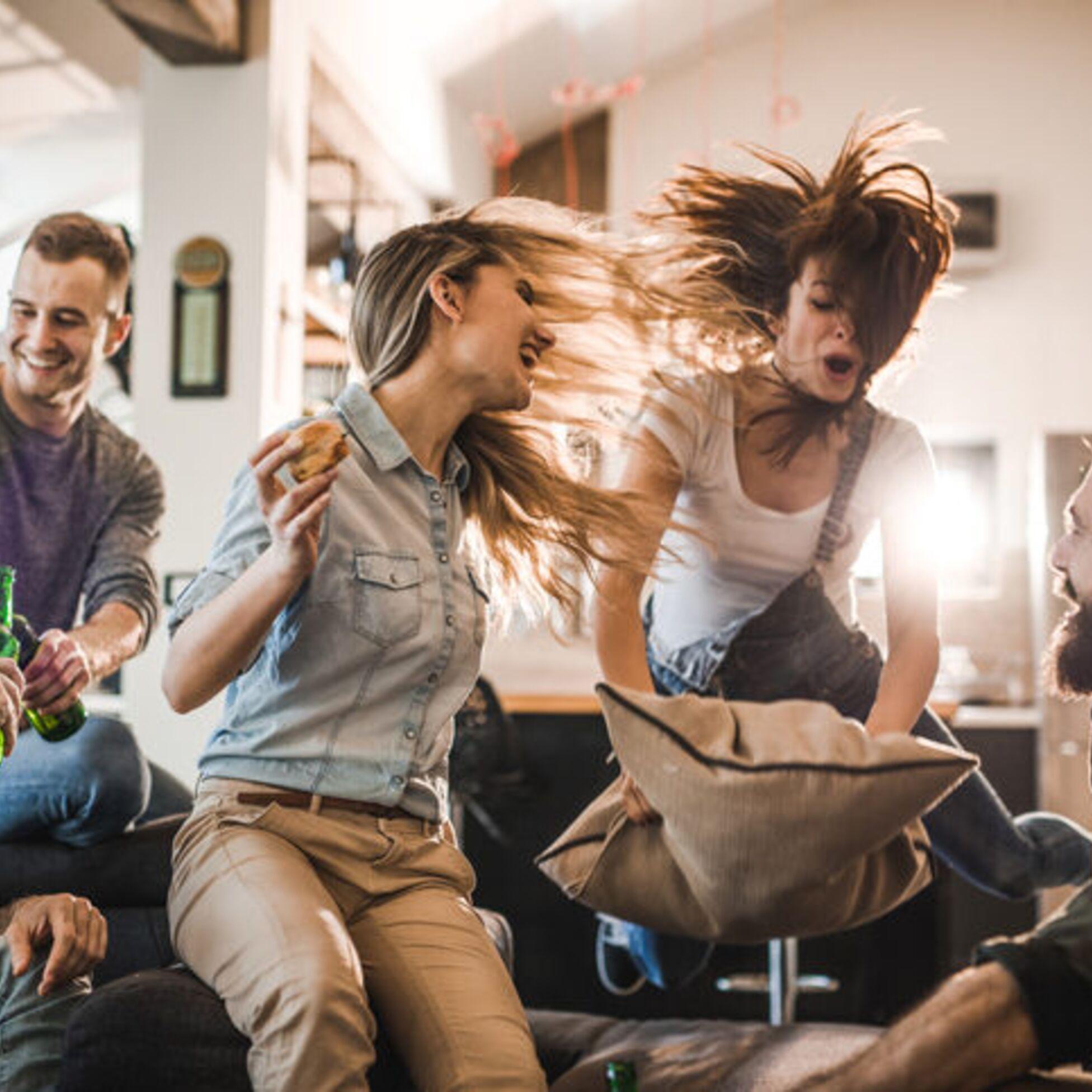 Junge Leute feiern im Wohnzimmer