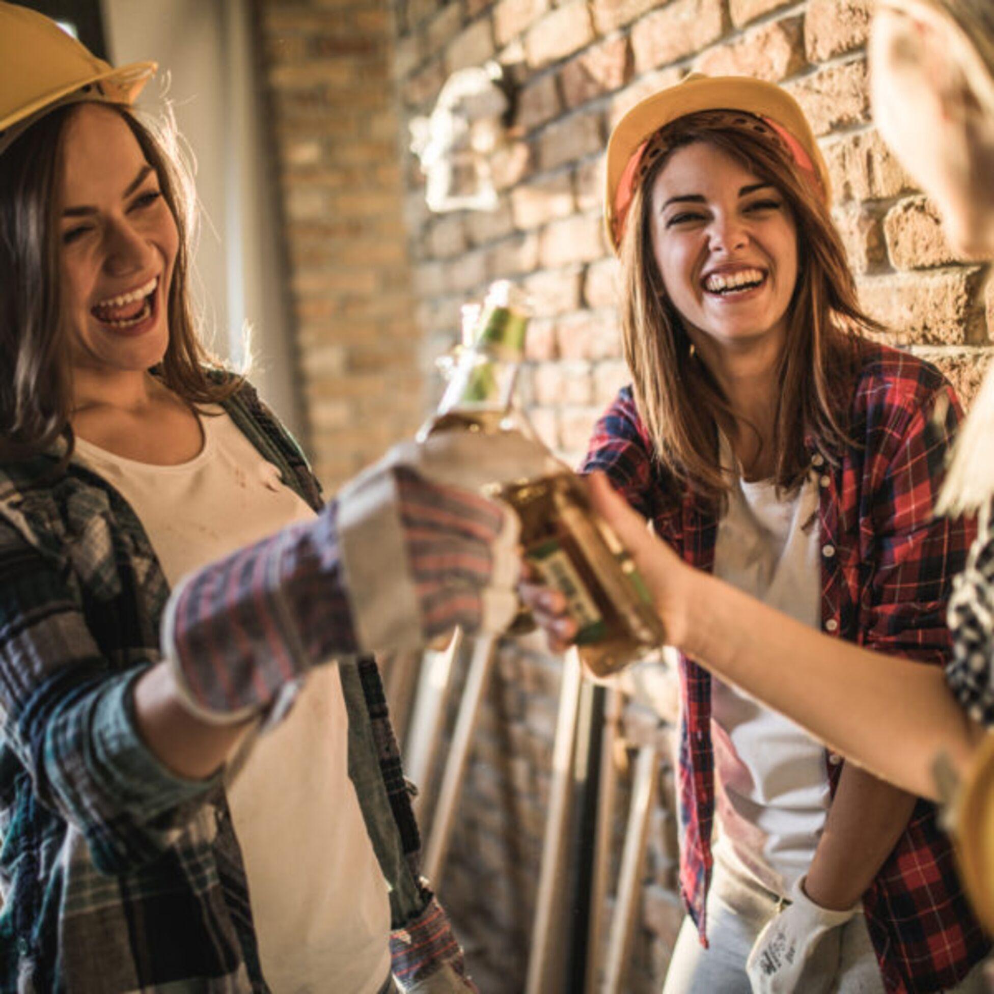 Junge Frauen feiern Richtfest auf Baustelle