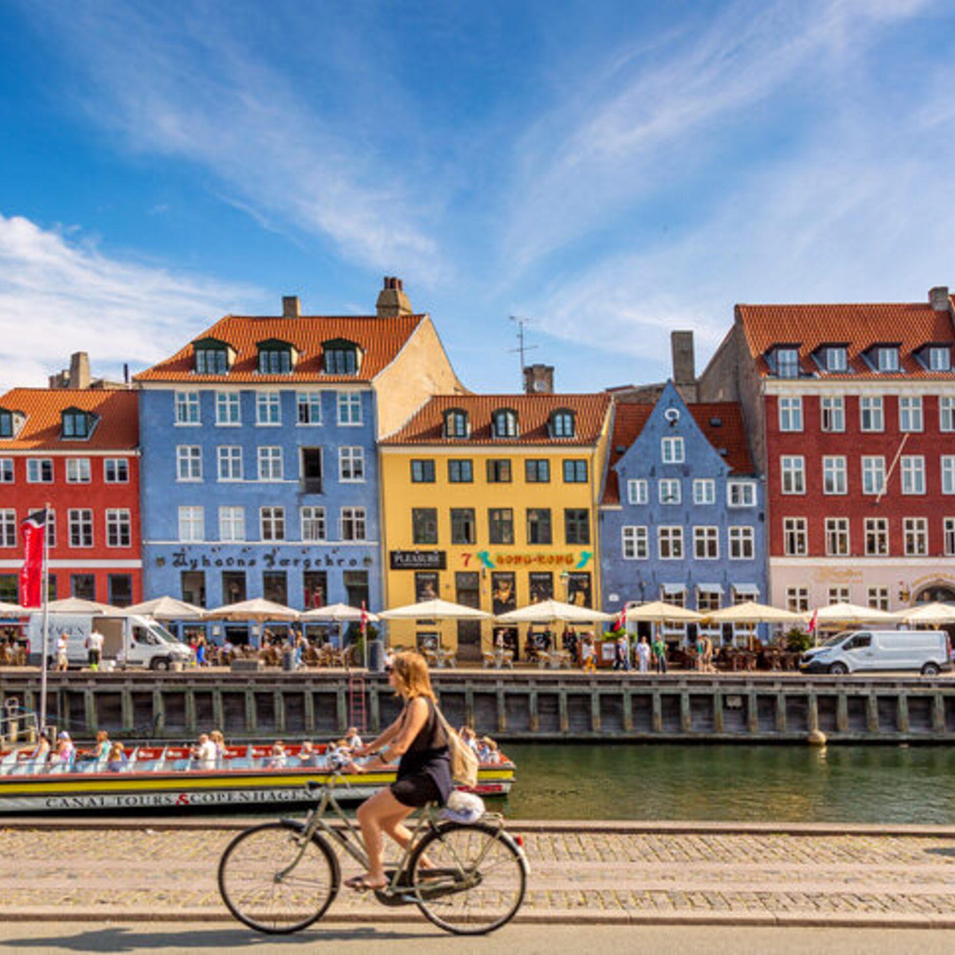 Frau radelt durch Kopenhagen