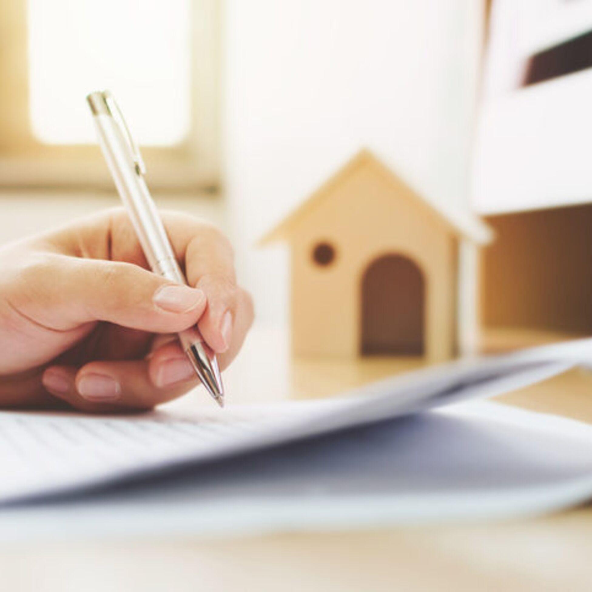 Frau unterschreibt Darlehen für Hausbau