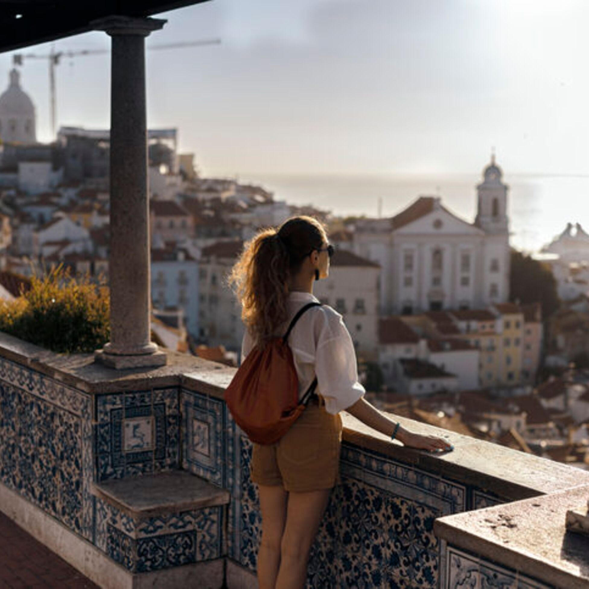 Frau überblickt Stadt am Meer.