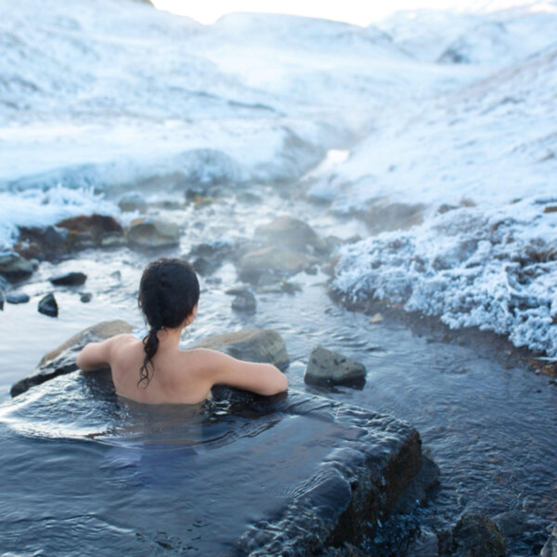 Frau badet in heißer Quelle