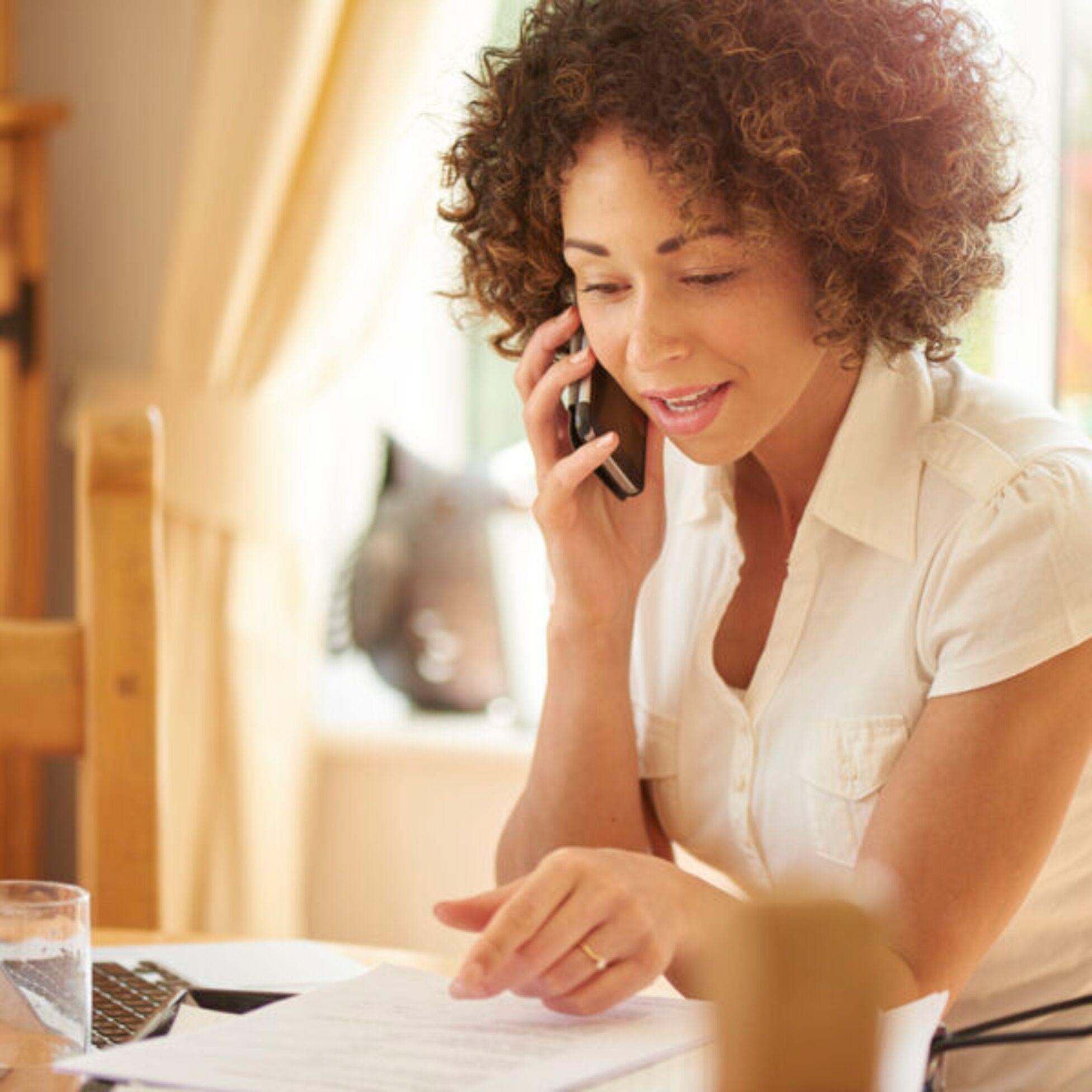 Frau telefoniert mit Mieterbund