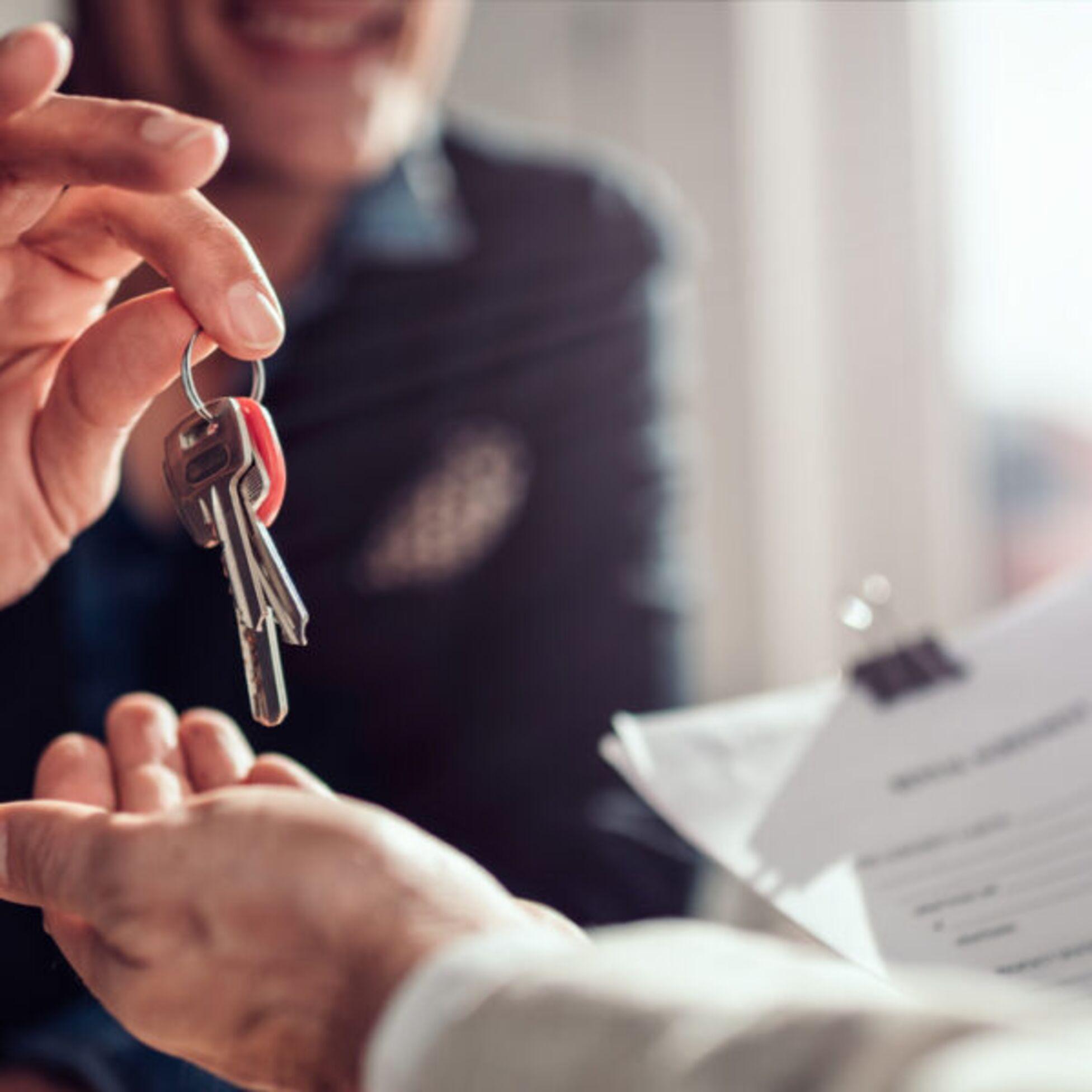 Vermieter überreicht Schlüssel