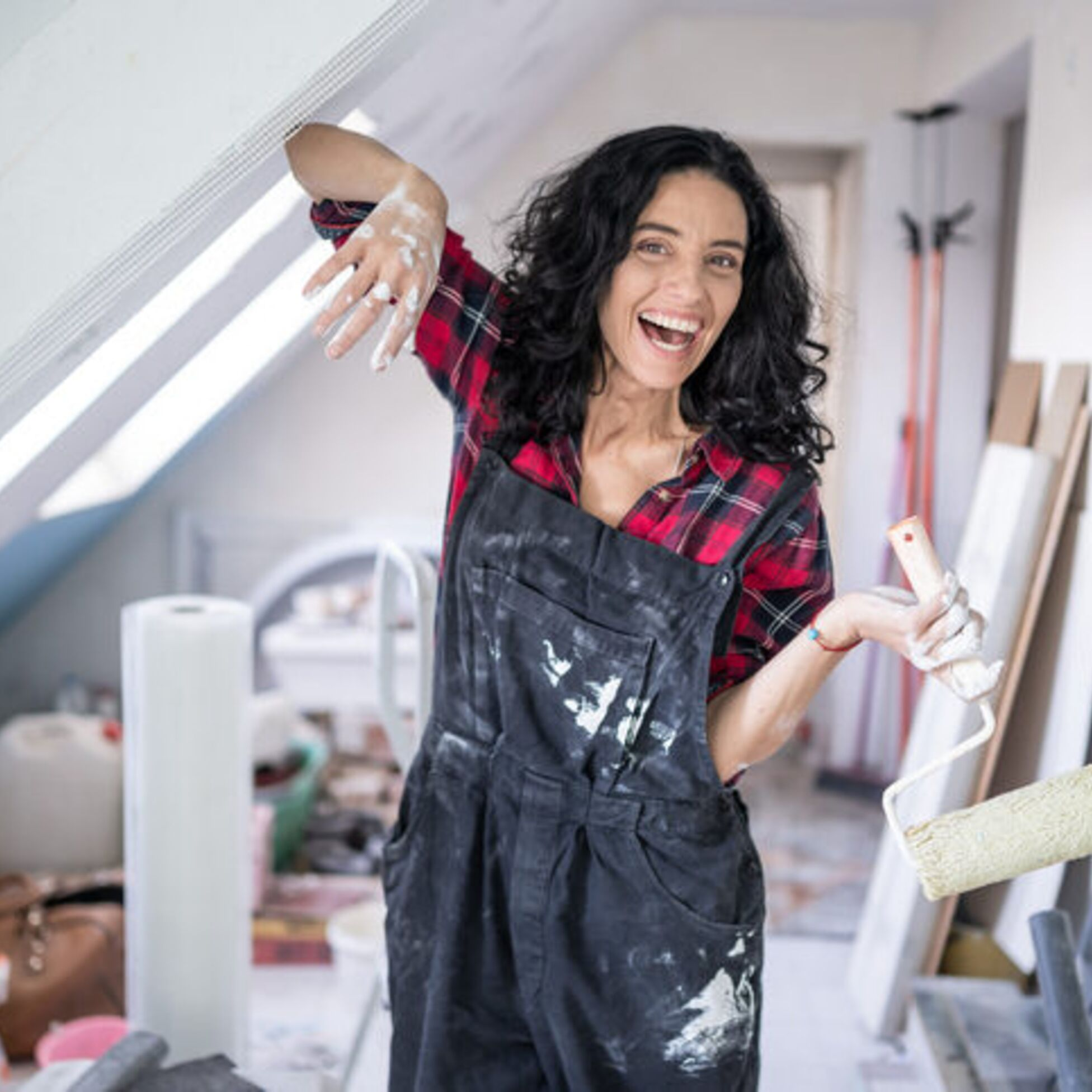 Frau baut Dachboden aus